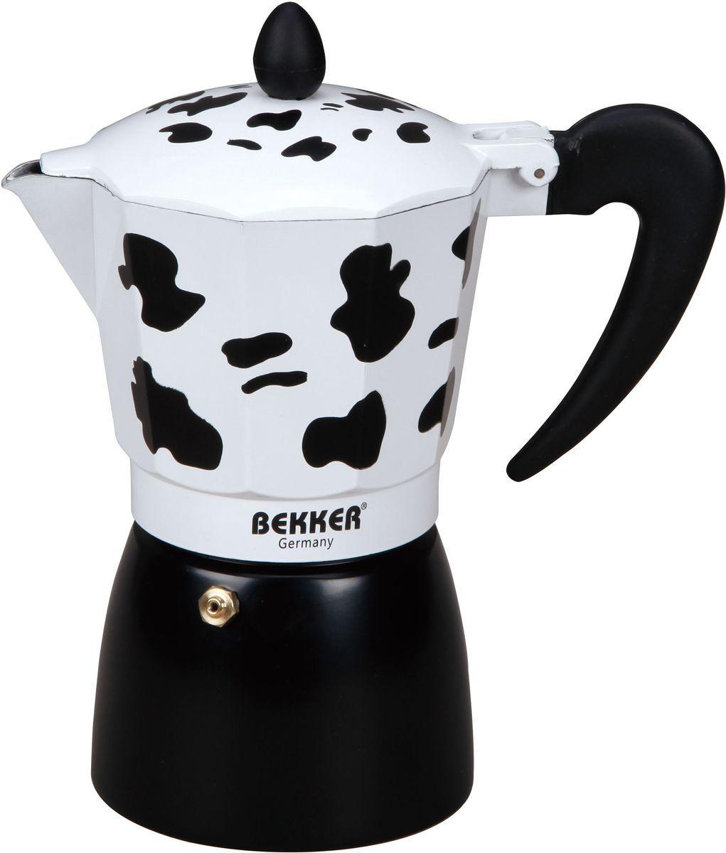 Кофеварка гейзерная Bekker, 450 мл. BK-9355BK-9355Гейзерная кофеварка Bekker позволит вам приготовить ароматный напиток за короткое время. Корпус кофеварки изготовлен из высококачественного алюминия. Кофеварка состоит из двух соединенных между собой емкостей и снабжена алюминиевым фильтром. Удобная ручка выполнена из прочного пластика. Данная модель предельно проста в использовании, в ней отсутствуют подвижные части и нагревательные элементы, поэтому в ней нечему ломаться. Гейзерные кофеварки являются самыми популярными в мире и позволяют приготовить ароматный кофе за считанные минуты. Основной принцип действия гейзерной кофеварки состоит в том, что напиток заваривается путем прохождения горячей воды через слой молотого кофе. В нижнюю часть гейзерной кофеварки заливается вода, в промежуточную часть засыпается молотый кофе, кофеварка ставится на огонь или электрическую плиту. Закипая, вода начинает испаряться и превращается в пар. Избыточное давление пара в нижней части кофеварки выдавливает...