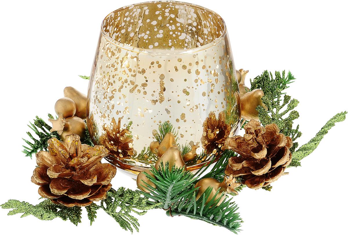 Подсвечник Lovemark, со свечой, диаметр 7 см5A2109 GПодсвечник Lovemark представляет собой стеклянную емкость для чайной свечи, оформленную изысканным декоративным элементом в виде плетеной веточки с листочками, шишками и ягодами. Композиция покрыта блестками, что придает изделию особый шарм и изысканность. Чайная свеча золотистого цвета входит в комплект. Такой подсвечник элегантно оформит интерьер вашего дома. Мерцание свечи создаст атмосферу романтики и уюта. Диаметр емкости (по верхнему краю): 7 см. Высота емкости: 10 см. Диаметр свечи: 3,5 см.