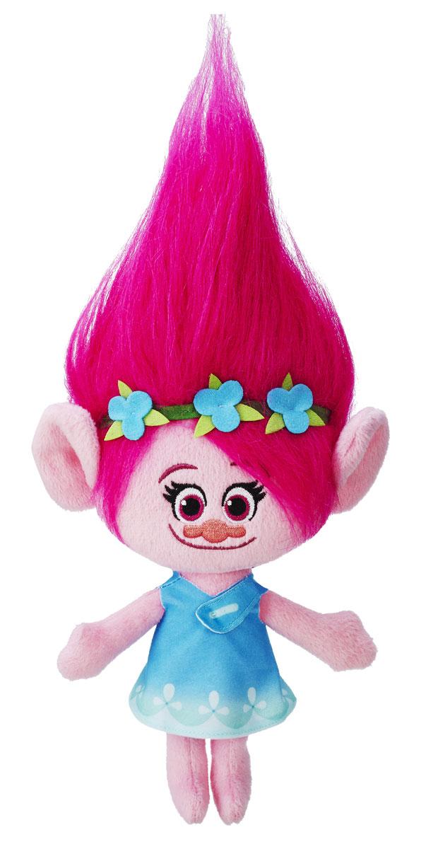 Trolls Мягкая игрушка Поппи 30 смB6566EU4_B7614Тролли - это мультипликационный фильм, который рассказывает о приключениях веселых скандинавских сказочных героев - троллей. У вас есть возможность порадовать своего ребенка новой мягкой игрушкой Trolls Поппи. Поппи - дочь короля троллей. Она очень любит петь, танцевать и обниматься. Поппи - игрушка, которая станет подружкой для любой девочки. У Поппи пышные красивые волосы. Их можно украшать специальными аксессуарами и расчесывать. На Поппи надето небесно-голубое платьице. Игрушка имеет небольшой размер - всего 30 см, благодаря чему легко поместится в дорожную сумочку или рюкзачок маленькой леди. Это позволяет играть с ней не только дома, но и на прогулке с друзьями.