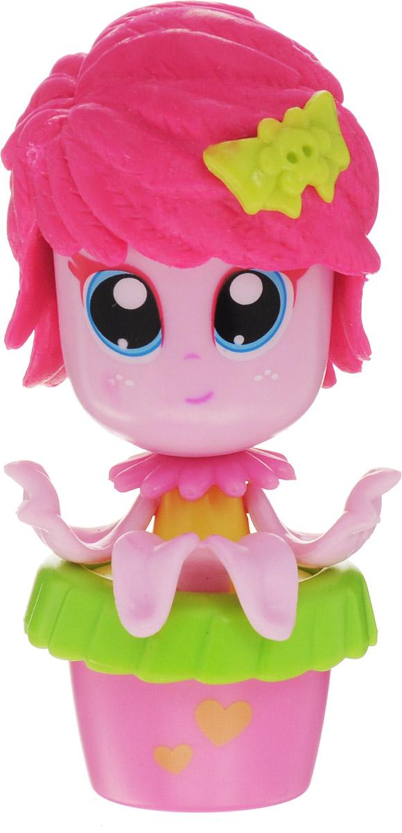 Daisy Мини-кукла Цветочек цвет розовый салатовый29518_розовый, салатовыйМини-куклы Daisy Цветочки - это разноцветные разборные игрушки, которые могут меняться между собой прическами, цветочными шляпками и аксессуарами. Можно выбрать комплект кукол с аксессуарами, со сказочным питомцем, или даже c домом-лейкой и мини-мебелью (каждый продается отдельно). Куколки-цветочки можно наряжать, меняя их образы, брать с собой в дорогу или в гости! Соберите коллекцию и подружите куколок между собой! Мини-кукла Daisy Цветочек ароматизированная.