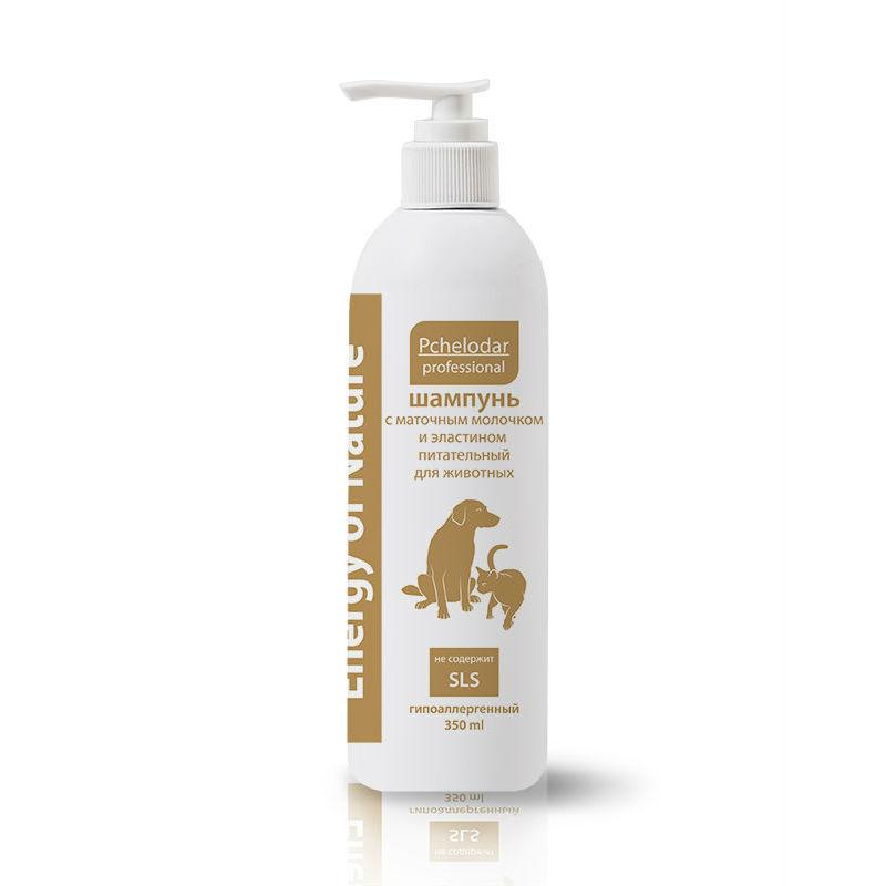 Шампунь питательный Пчелодар, с маточным молочком и эластином, 350 мл1073Шампунь питательный с маточным молочком и эластином рекомендован для всех типов шерсти собак и кошек. Активные компоненты шампуня бережно очищают и промывают шерстный покров, восстанавливают защитный слой кожи и способствуют ее регенерации. Натуральное маточное молочко, входящее в состав, обогащает кожу и шерсть животного необходимыми витаминами, минеральными веществами и аминокислотами. Эластин активно увлажняет кожу, питает волосяные луковицы, восстанавливает структуру волоса изнутри, предотвращает ломкость и выпадение шерсти. При регулярном применении шампуня шерсть животного становится блестящей, шелковистой и приобретает здоровый вид, усиливается естественный блеск, эластин обеспечивает мощное увлажнение кожи и гарантирует исчезновение перхоти, при регулярном использовании шампуня укрепляется шерстный покров и прекращается чрезмерное выпадение. Шампунь не содержит SLS и агрессивных веществ. Натуральные компоненты профессиональных шампуней серии Energy of Nature...