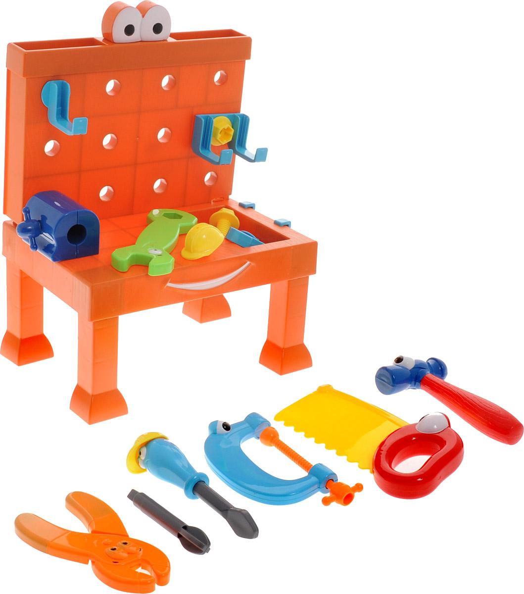 Boley Игровой набор Мастерская с рабочим столом пилой и гаечным ключом31171CИгровой набор Мастерская с рабочим столом - это великолепный подарок для юного строителя. Легкие и яркие пластиковые инструменты сделают вашу домашнюю мастерскую безопасной для ребенка. В наборе имеется складной рабочий стол, на котором легко разместятся многочисленные игрушечные инструменты. К стенке стола можно приделать специальные крючки для более удобного хранения инструментов. Набор содержит молоток, зажим, струбцину, клещи, пилу, отвертку и винты с гайками. Все предметы оформлены забавными личиками с глазками. А отвертка и пила даже могут примерить строительные каски! Игрушки помогут маленькому мастеру познакомиться с основными видами инструментов и получить навык работы с ними. Предметы, входящие в набор, замечательно подходят для дидактических и ролевых игр, знакомят с социальными ролями, развивают моторику ребенка. Порадуйте своего ребенка таким чудесным набором!