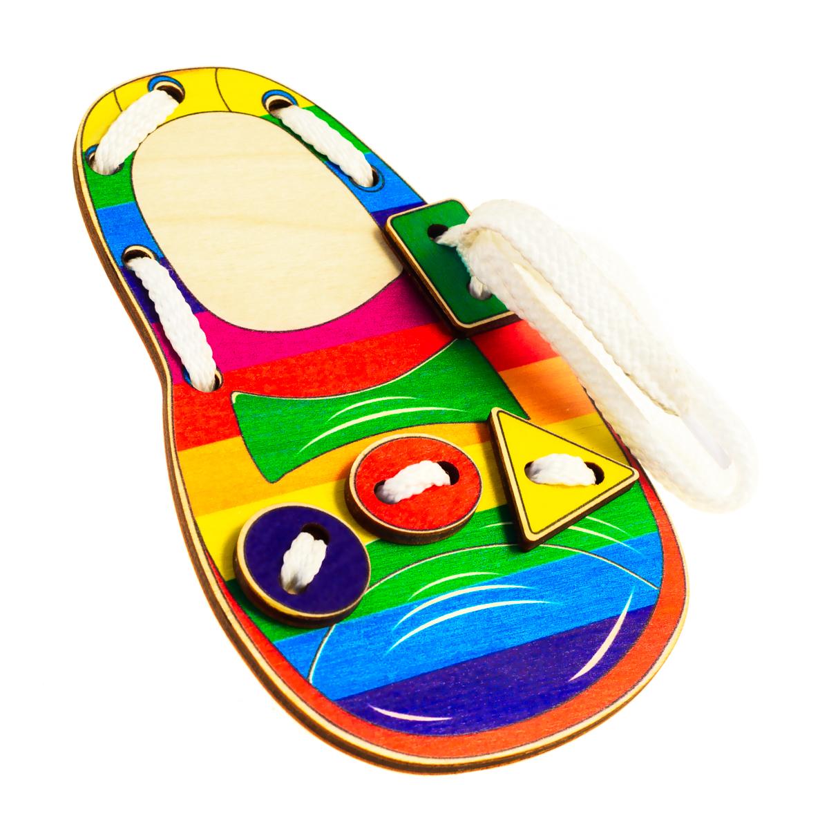 Развивающие деревянные игрушки Шнуровка Башмачок ЦветаД508аШнуровка из качественных деревоматериалов - прекрасная игрушка для развития ребенка. Шнуровка-башмачок из обработатнной фанеры непременно станет любимой игрушкой любопытного непоседы. Шнуровка в виде детского сандалика не только послужит незаменимым пособием для развития моторики ребенка, но и познакомит его с цветами и геометрическими фигурами: квадратом, кругом, овалом и треугольником. Насыщенные цвета и разнообразные формы будут стимулировать детское воображение и фантазию, развивать внимание, цветовое восприятие, моторику и координацию. ВНИМАНИЕ! Детали игрушки выполнены из натурального дерева (деревоматериала) без покрытия лаками или другими химическими составами. Перед использованием удалите остатки древесины и древесную пыль, тщательно протерев детали игрушки мягкой тканью!