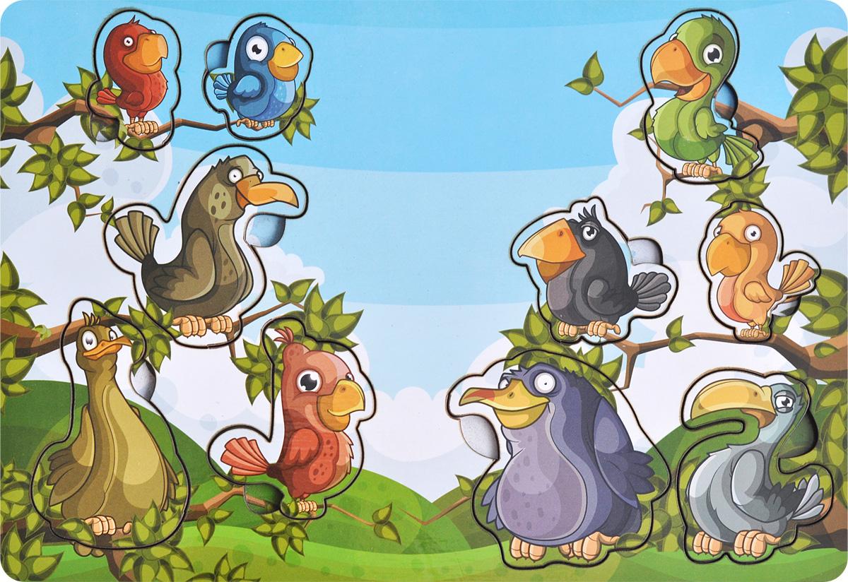 Фабрика Мастер игрушек Пазл для малышей Веселые птахиIG0029Пазл для малышей Фабрика Мастер игрушек Веселые птахи познакомит ребенка с пернатыми представителями фауны, позволит развить мелкую моторику, координацию и ориентацию на плоскости; научит основам классификации. Рамка представляет собой картинку с вырезанными частями. Чтобы получить целое изображение, необходимо правильно подобрать недостающие кусочки и вставить их. Произносите вслух названия птиц на вкладышах – это позволит ребенку запомнить их и различать между собой.