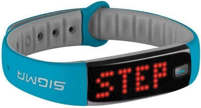 Фитнес браслет Sigma 22911 Activo, цвет: сине-серыйSIG_22911Спортивный браслет Activo от компании Sigma предназначен для тех, кто хочет держать под контролем ежедневную физическую активность. Дисплей светодиодный, красные символы легко читаемы и различимы на темном экране в любую погоду и при любом освещении. Направление текста меняется в зависимости от положения браслета и вращается на 180 градусов. Гаджет считывает вашу активность в течение дня и передает данные по Bluetooth в приложением от производителя SIGMA ACTIV APP на вашем смартфоне, где вы и можете отслеживать статистику вашей активности. Трекер управляется одной механической кнопкой. Короткое нажатие на кнопку включает дисплей. Дополнительные клики поочередно переключают экраны «Шаги», «Калории», «Время», «Активность». Если нажать и удерживать кнопку, откроется меню трекера. На дисплее отображается текущее время. В настройках приложения можно установить три будильника. Спортивный браслет работает от перезаряжаемой аккумуляторной батареи. Зарядка производится через USB. Время...