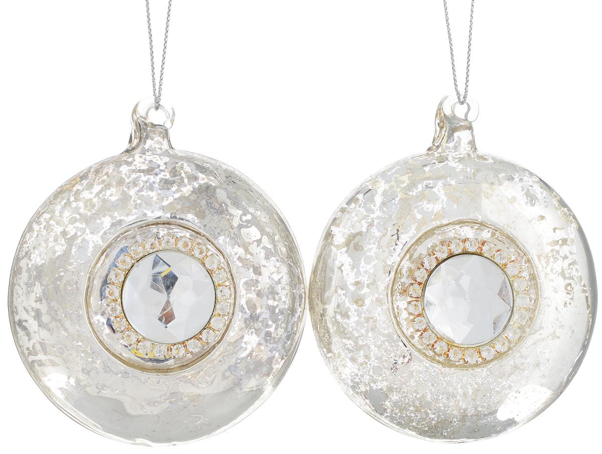 Набор новогодних подвесных украшений Lovemark, цвет: серебристый, диаметр 8 см, 2 шт9063311Набор подвесных украшений Lovemark прекрасно подойдет для праздничного декора новогодней ели. Набор состоит из 2 дисков, выполненных из стекла. Изделия декорированы крупным граненым камнем и стразами. Для удобного размещения на елке для каждого украшения предусмотрена петелька. Елочная игрушка - символ Нового года. Она несет в себе волшебство и красоту праздника. Создайте в своем доме атмосферу веселья и радости, украшая новогоднюю елку нарядными игрушками, которые будут из года в год накапливать теплоту воспоминаний. Откройте для себя удивительный мир сказок и грез. Почувствуйте волшебные минуты ожидания праздника, создайте новогоднее настроение вашим дорогим и близким.