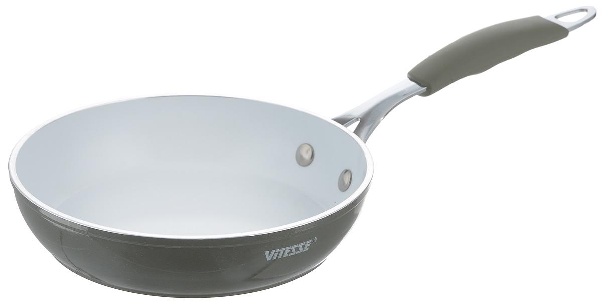 Сковорода Vitesse Eco-Cera, с керамическим покрытием, цвет: серый, белый. Диаметр 20 смVS-2230_серыйСковорода Vitesse Eco-Cera изготовлена из высококачественного кованого алюминия, что обеспечивает равномерное нагревание и быстрое доведение блюд до готовности. Внешнее цветное термостойкое покрытие обеспечивает легкую чистку. Внутреннее керамическое покрытие Eco-Cera белого цвета абсолютно безопасно для здоровья человека и окружающей среды, так как не содержит вредной примеси PFOA и имеет низкое содержание CO в выбросах при производстве. Керамическое покрытие обладает высокой прочностью, что позволяет готовить при температуре до 450°С и использовать металлические лопатки. Кроме того, с таким покрытием пища не пригорает и не прилипает к стенкам. Готовить можно с минимальным количеством подсолнечного масла. Сковорода быстро разогревается, распределяя тепло по всей поверхности, что позволяет готовить в энергосберегающем режиме, значительно сокращая время, проведенное у плиты. Сковорода оснащена термостойкой ненагревающейся ручкой удобной формы, выполненной из...