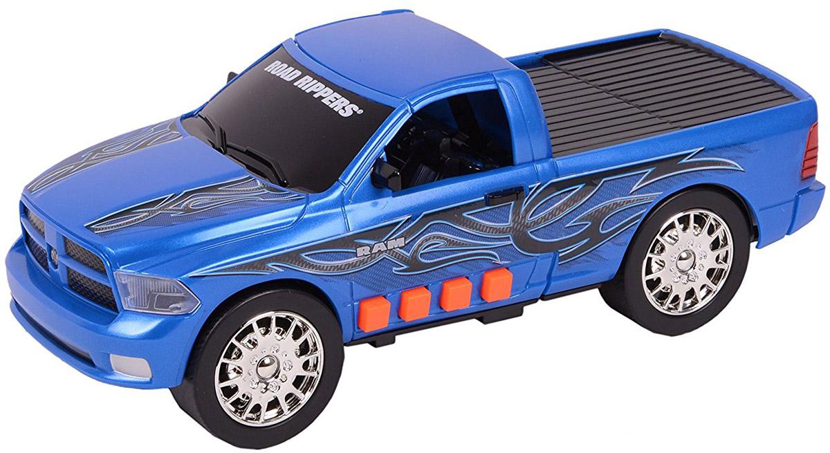 Road Rippers Машинка Ram 150033460TS_Ram синийЯркая машинка Road Rippers Ram 1500 со звуковыми и световыми эффектами, несомненно, понравится вашему ребенку и не позволит ему скучать. Игрушка выполнена в виде яркого пикапа, который трансформируется в кабриолет. С левого бока игрушки имеется несколько функциональных кнопок. При нажатии на первую кнопку, машинка резко едет вперед. Вторая кнопка запускает функцию трансформации. Все действия происходят под оригинальные звуковые эффекты. При нажатии на другие кнопки, воспроизводятся звуки двигателя, автомобильной сигнализации и играет музыка, фары начинают светиться яркими огоньками. Ваш ребенок часами будет играть с машинкой, придумывая различные истории и устраивая стремительные гонки. Порадуйте его таким замечательным подарком! Рекомендуется докупить 3 батарейки напряжением 1,5V типа AА (товар комплектуется демонстрационными).