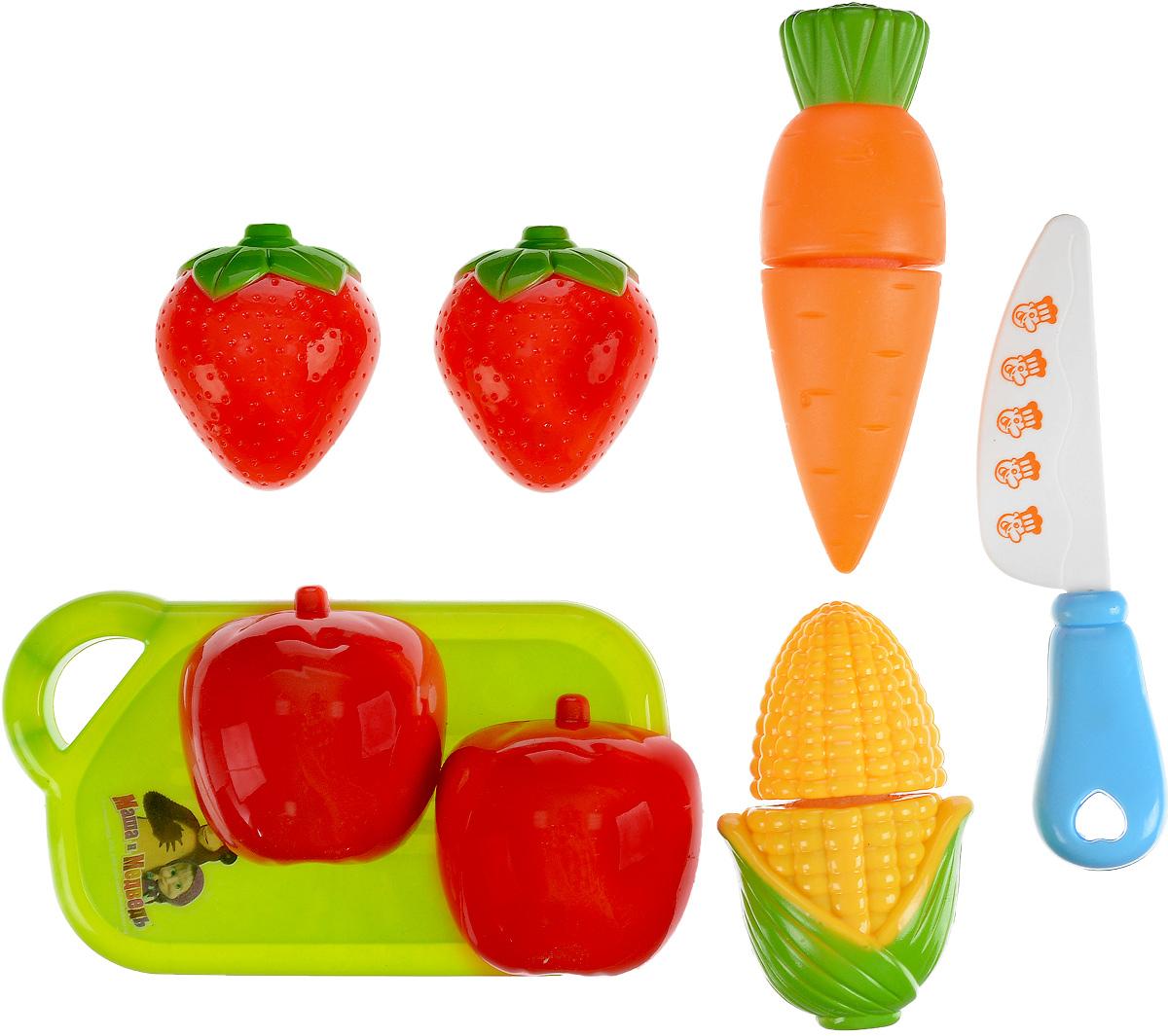 Играем вместе Игровой набор фруктов и овощей Маша и Медведь 6 предметовB847982-RИгровой набор овощей и фруктов Играем вместе Маша и Медведь, несомненно, привлечет внимание маленькой хозяюшки и не позволит ей скучать. Набор включает игрушечные продукты (клубнику, персик, морковку, кукурузу), а также доску для нарезки и ножик. Все предметы изготовлены из высококачественного абсолютно безопасного цветного пластика. Для имитации нарезки каждый продукт состоит из двух частей на липучках. С этим набором ваша малышка будет часами занята игрой и сможет вкусно накормить всех своих кукол.