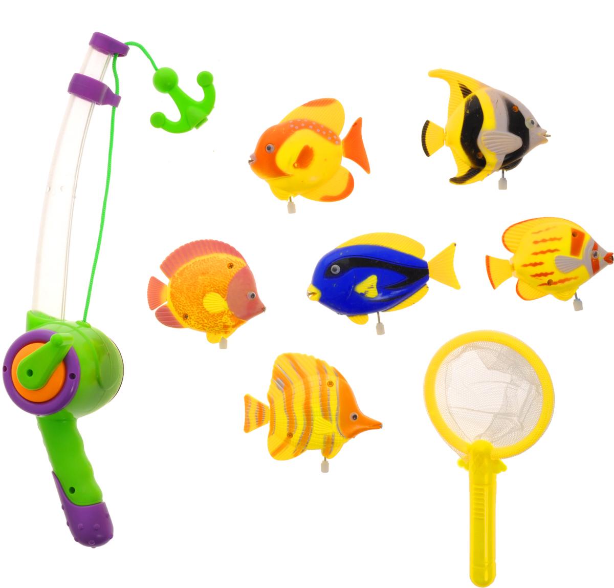 Играем вместе Игрушка для ванной Рыбалка Маша и Медведь цвет удочки салатовый фиолетовыйB803208-R2Игрушка для ванной Играем вместе Рыбалка. Маша и Медведь - вот это настоящая забава половить рыбку вместе с любимыми героями! Теперь процесс купания станет для ребенка еще интереснее: ведь он с Машей и Медведем из полюбившегося всем мультфильма едет на рыбалку. Используя специальную удочку с веревкой, на конце которой располагается крючок, необходимо поймать больше и быстрее всех ярких представителей подводной жизни. Удочка светится и проигрывает песенку Маши. Для того чтобы удочка начала светиться и звучать, необходимо нажать на фиолетовую кнопку. Игра отлично подходит для развития мелкой моторики. Для работы игрушки необходимы 3 батарейки напряжением 1,5 V типа AG13 (входят в комплект).