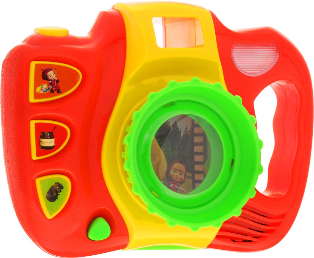Умка Развивающая игрушка Музыкальный фотоаппарат Маша и МедведьPN36A-RВсем поклонникам мультфильма Маша и Медведь понравится этот музыкальный фотоаппарат - именно таким фотоаппаратом Маша фотографировала лесных животных в одной из серий. Яркая, цветная игрушка не так-то проста: она не только издает звуки съемки, но и может проигрывать музыку! На фотоаппарате расположены кнопки, при нажатии на которые раздаются характерные для всех фотоаппаратов щелчки. Также функционалом игрушки предусмотрено проигрывание трех известных песен из мультфильма, и малыш сможет подпевать любимым героям. Для большей реалистичности и веселья в фотоаппарате имеется функция, позволяющая включать световые эффекты - при нажатии кнопок на корпусе игрушки загораются мигающие огоньки. Нажав на нижнюю кнопочку, выходит фотография героев мультфильма. Игрушка развивает слух, моторику, координацию движений, фантазию и память. Рекомендуется докупить 2 батарейки напряжением 1,5V типа АА (товар комплектуется демонстрационными).