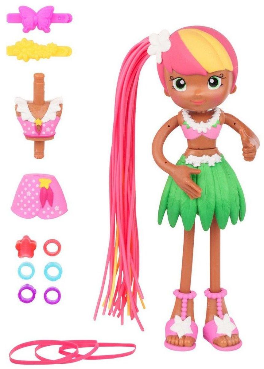 Moose Мини-кукла Зоуи с Гавайев59005/ast59000Мини-кукла Moose Зоуи с Гавайев - это очаровательная мулатка с розово-желтыми волосами из серии Куклы-макароны. Розовый топ и зеленая юбка в виде лепестков украшены белыми венками из цветов. На ногах куклы стильные розовые босоножки. Длинные волосы куклы, напоминающие тонкую проволоку, можно собирать в различные прически при помощи заколок и резинок, входящих в комплект. Съемные детали одежды позволяют Зоуи с Гавайев превратить в Зоуи на пляже, которая будет одета в розовый костюмчик в белый горошек.