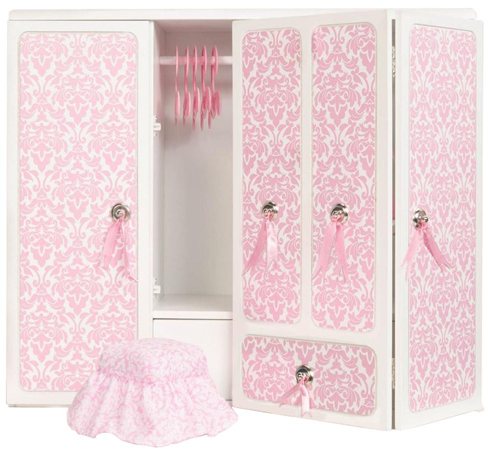 Our Generation Мебель для кукол Деревянный гардероб11Мебель для кукол Our Generation Деревянный гардероб - это очень практичный шкаф для куклы ростом 46 см, который обязательно понравится вашей малышке. Если у любимой куколки много одежды, то её нужно аккуратно хранить. Гардероб с зеркалом просто незаменим для маленьких модниц. Двери у гардероба открываются, шкафчики выдвигаются. В набор входят пять вешалок, стульчик и каталог модной одежды. Кукла в комплект не входит! Порадуйте свою дочурку таким замечательным подарком!