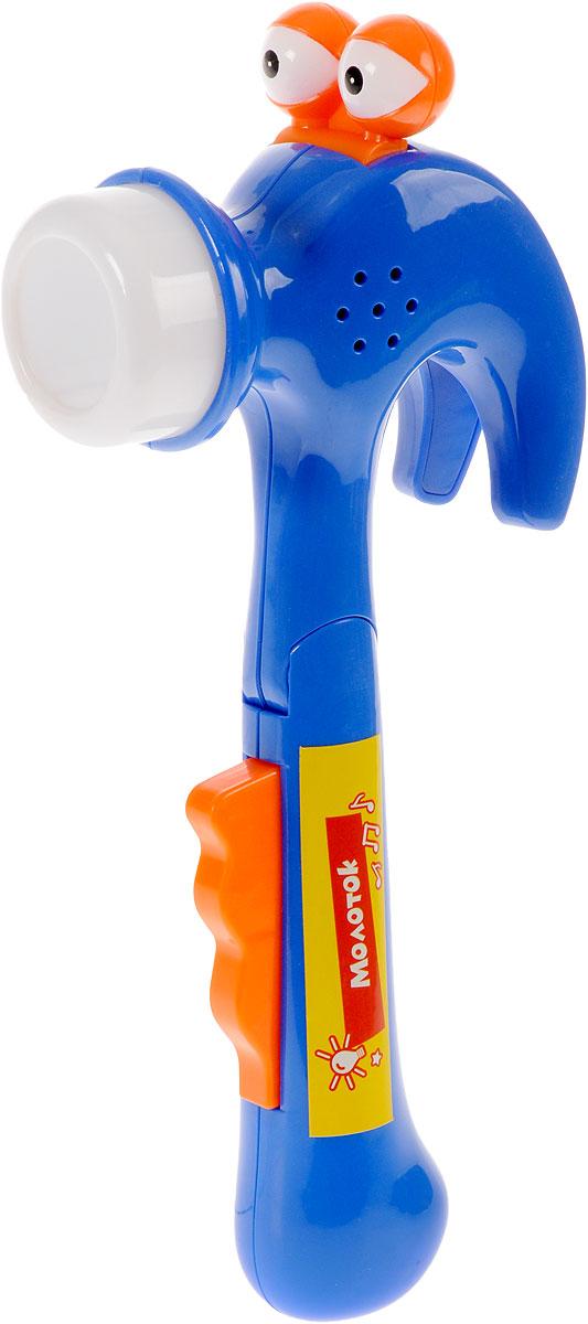 Играем вместе Игрушечный молоток ФиксикиKT1301Игрушечный молоток Играем вместе Фиксики не оставит равнодушным вашего юного строителя. Играя с музыкальным молоточком, ваш ребенок познакомится с формой и назначением этого предмета. У молотка есть глазки, светящийся носик и звуковая кнопка. Озвучка игрушки отличается особой реалистичностью. Нажимая на оранжевую кнопку, ребенок услышит, как чихает молоточек и как он работает. С помощью этой игрушки у вашего малыша разовьется воображение и фантазия. Для работы необходимы 3 батарейки напряжением 1,5V типа LR44 (AG13) (входят в комплект).