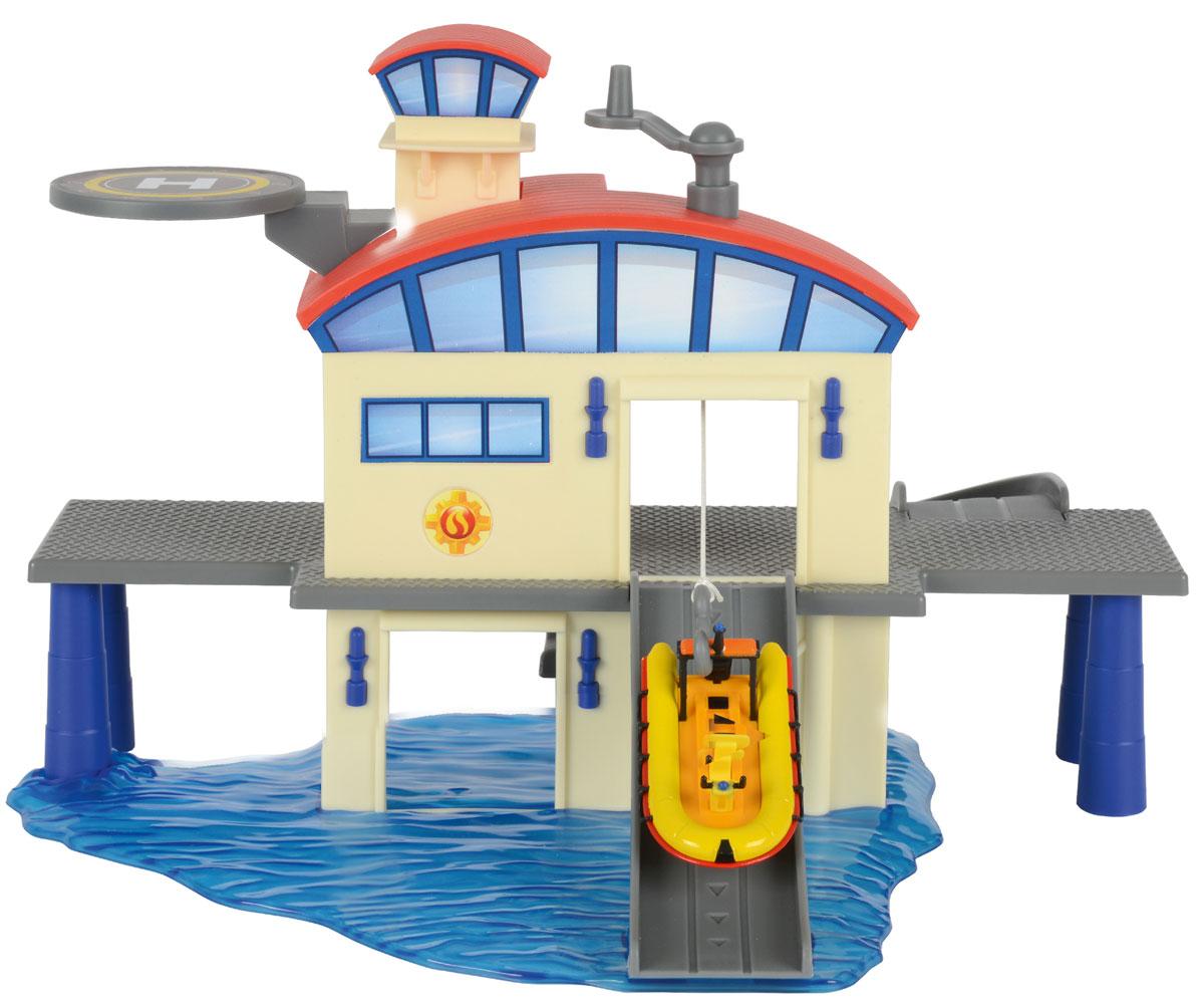 Dickie Toys Игровой набор Морской гараж3099616С игровым набором Dickie Toys Морской гараж ребенок сможет играть в такую сюжетно-ролевую игру, как Спасатели. Для этого в комплекте присутствует большой гараж со спуском, который открывается при помощи крутящейся установки сверху гаража, посадочная площадка, а также желтая спасательная лодка. Весь набор выполнен из качественных пластика и металла. В комплект входит только одно транспортное средство (лодка). Остальные представлены на фото для ознакомления, приобретаются отдельно.