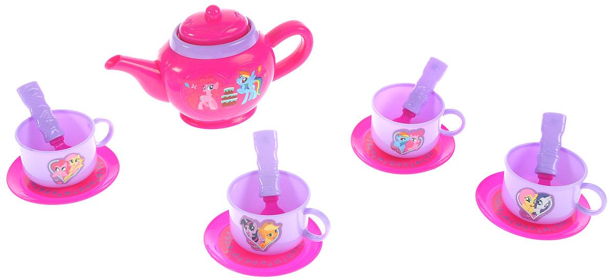 Играем вместе Игрушечный набор посуды My Little Pony 14 предметовB1361047-RИгрушечный набор посуды Играем вместе My Little Pony выглядит совсем как настоящий. Набор состоит из 14 предметов (чайник с крышкой, чашки, блюдца, ложки), изготовленных из прочного и безопасного пластика. Чайный набор рассчитан на четыре персоны. Все элементы набора украшены изображениями персонажей мультфильма Мой маленький пони. Игра с таким набором развивает фантазию, расширяет кругозор ребенка и помогает развить хозяйственные навыки.