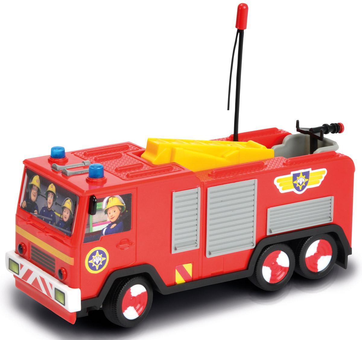 Dickie Toys Пожарная машина на радиоуправлении Turbo Jupiter3099612Пожарная машина Dickie Toys Turbo Jupiter на радиоуправлении представлена в виде транспортного средства знаменитого Пожарного Сэма, который является героем одноименного британского мультсериала. Транспорт отличается стильным и привлекательным дизайном, ярким цветом кузова и кабины. Помимо этого, нельзя не упомянуть о декоративных особенностях, которые представлены в виде наклеек. Но главным интересным элементом пожарной машины является возможность управления ею, используя специальный пульт, а также реалистичные световые эффекты. Ребенок сможет разыгрывать разнообразные сюжеты, тренируя воображение. Подарите вашему малышу возможность почувствовать себя настоящим водителем. Для работы пожарной машины необходимо купить 3 батарейки напряжением 1,5V типа АА (не входят в комплект). Для работы пульта управления необходимо купить 3 батарейки напряжением 1,5V типа AАА (не входят в комплект). Пульт управления работает на частоте 27 MHz.