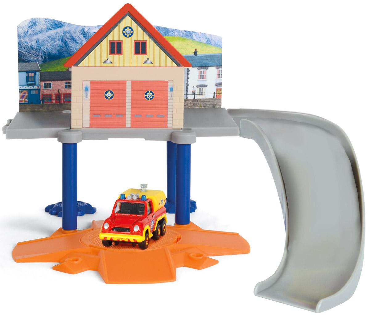 Dickie Toys Игровой набор Маленький пожарный гараж3099619, 9257651, 203099619038Игровой набор Dickie Toys Пожарный гараж выполнен по мотивам мультфильма Пожарный Сэм. При помощи данного набора ребенок сможет почувствовать себя самым настоящим пожарным. В комплект входит строение, металлическая машинка пожарного и платформа для машинки. Конструкция представляет собой гараж, стоящий на четырех высоких подставках. Из гаража машинка может съезжать по удобному спуску. Двери в строении открываются и закрываются, чтобы ребенок мог завозить туда машинку. Платформа может поворачиваться на 360 градусов. Модель можно совмещать посредством бокового крепления с Морской станцией от Dickie, продающейся отдельно. С таким набором малыш сможет устраивать спасательные операции, воспроизводя сцены из мультфильма или придумывая новые истории.
