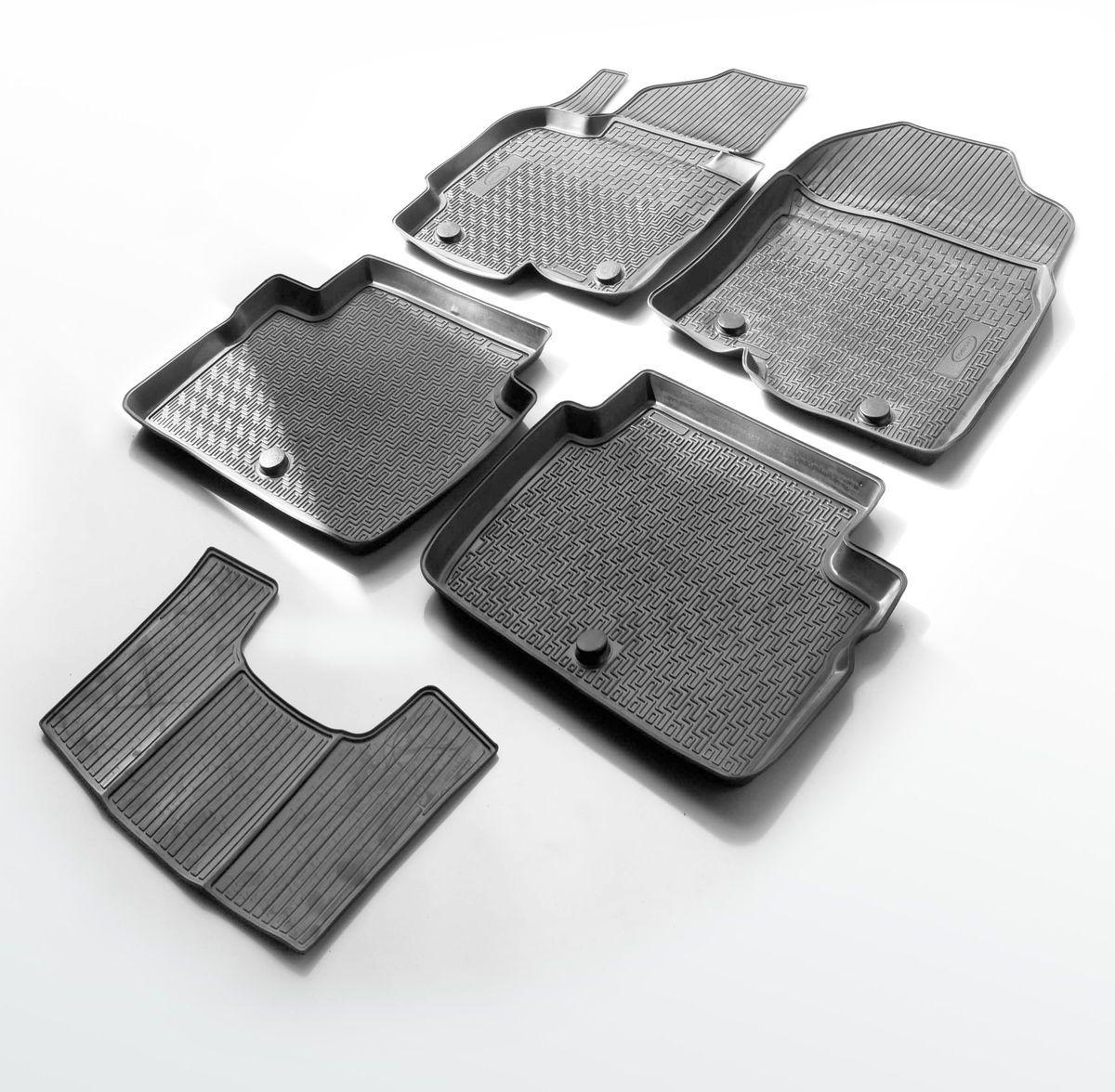 Ковры салона Rival для Hyundai Tucson 2016-, 4 шт + перемычка0012309001Автомобильные ковры салона Rival Прочные и долговечные ковры в салон автомобиля, изготовлены из высококачественного и экологичного сырья, полностью повторяют геометрию салона вашего автомобиля. - Надежная система крепления, позволяющая закрепить коврик на штатные элементы фиксации, в результате чего отсутствует эффект скольжения по салону автомобиля. - Высокая стойкость поверхности к стиранию. - Специализированный рисунок и высокий борт, препятствующие распространению грязи и жидкости по поверхности ковра. - Перемычка задних ковров в комплекте предотвращает загрязнение тоннеля карданного вала. - Произведены из первичных материалов, в результате чего отсутствует неприятный запах в салоне автомобиля. - Высокая эластичность, можно беспрепятственно эксплуатировать при температуре от -45 ?C до +45 ?C.