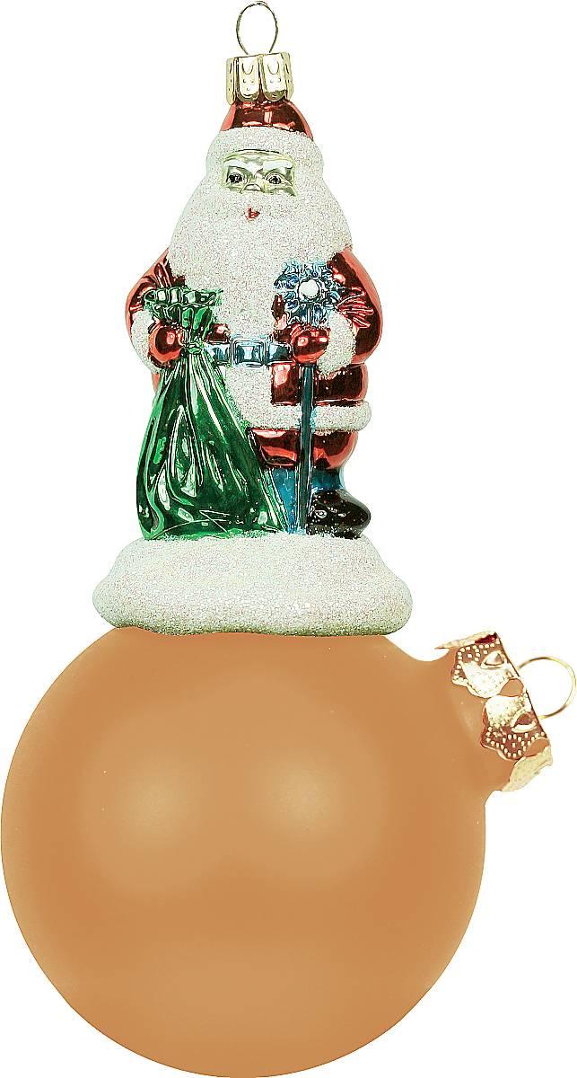 Украшение новогоднее подвесное Mister Christmas Дед Мороз на шаре, цвет: оранжевый, длина 15 см. BD 80-109BD 80-109Подвесное украшение Mister Christmas Дед Мороз на шаре представляет собой весьма оригинальную елочную игрушку 2 в 1. Это и классический елочный шар, и миниатюрная фигурка Деда Мороза. Изделие выполнено из качественного пластика и отличается прочностью и безопасностью. Матовые краски, блестки, крепления - все эти элементы декора долгие годы будут поддерживать идеальное состояние елочной игрушки. Украшение Mister Christmas Дед Мороз на шаре - это не просто классическая елочная игрушка. Оно может стать элементом праздничного декора, если установить на специальной подставке. В любом случае такая игрушка будет привлекать внимание и создавать праздничную атмосферу в доме или офисе.