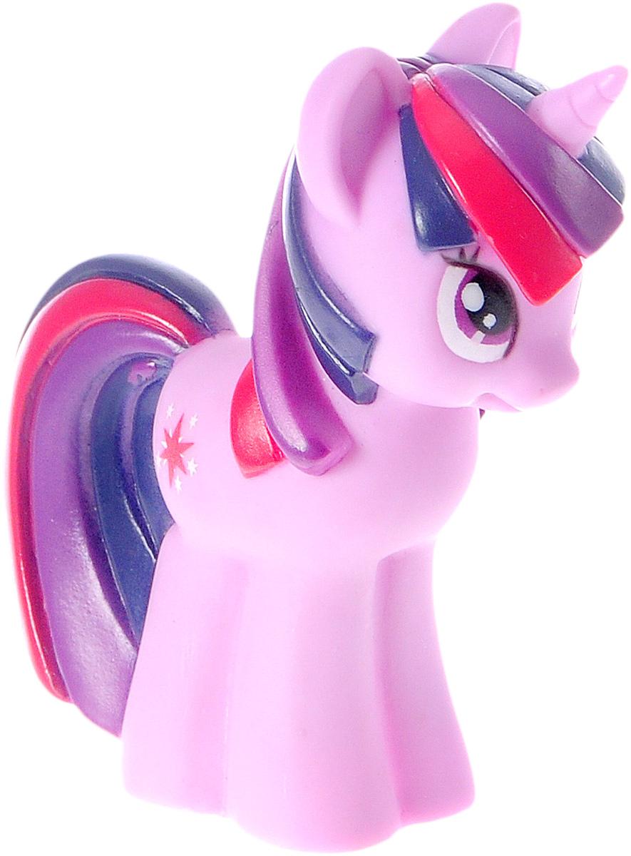 Играем вместе Игрушка для ванной My Little Pony цвет сиреневый1BLS_сиреневыйИгрушка для ванной Играем вместе My Little Pony непременно понравится вашему малышу и развлечет его во время купания. Игрушка выполнена из безопасного материала в виде одной из героинь мультфильма Мой маленький пони. Размер игрушки идеален для маленьких ручек малыша. Игрушка может брызгать водой и пищать. Игрушка для ванной способствует развитию воображения, цветового восприятия, тактильных ощущений и мелкой моторики рук.