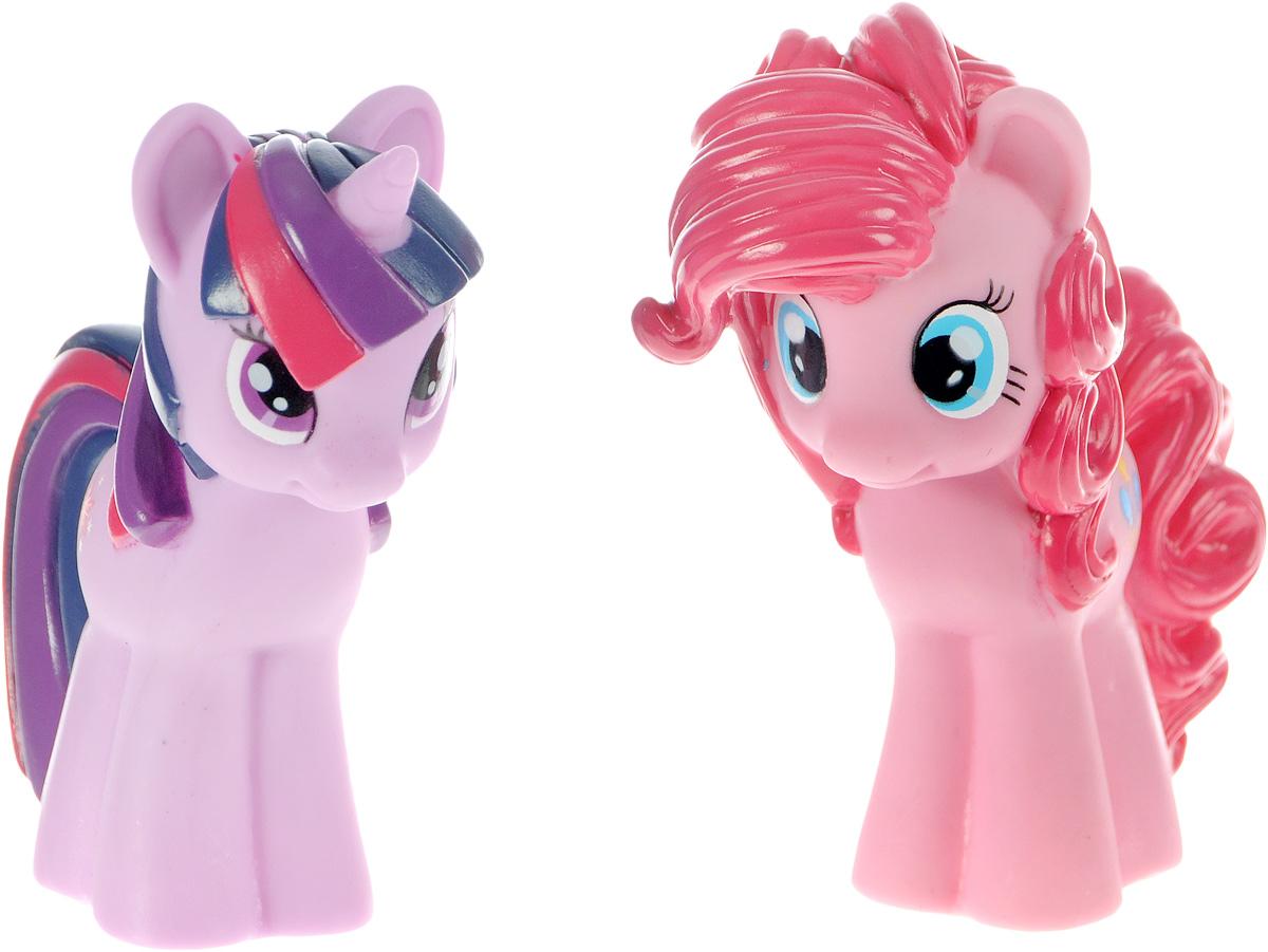 Играем вместе Набор игрушек для ванной My Little Pony цвет розовый сиреневый 2 шт171R-PVCС набором игрушек для ванной Играем вместе My Little Pony принимать водные процедуры станет еще веселее и приятнее. В набор входят две игрушки в виде персонажей мультфильма Мой маленький пони. Игрушки могут брызгать водой и пищать. Набор доставит ребенку большое удовольствие и поможет преодолеть страх перед купанием. Игрушки для ванной способствуют развитию воображения, цветового восприятия, тактильных ощущений и мелкой моторики рук.