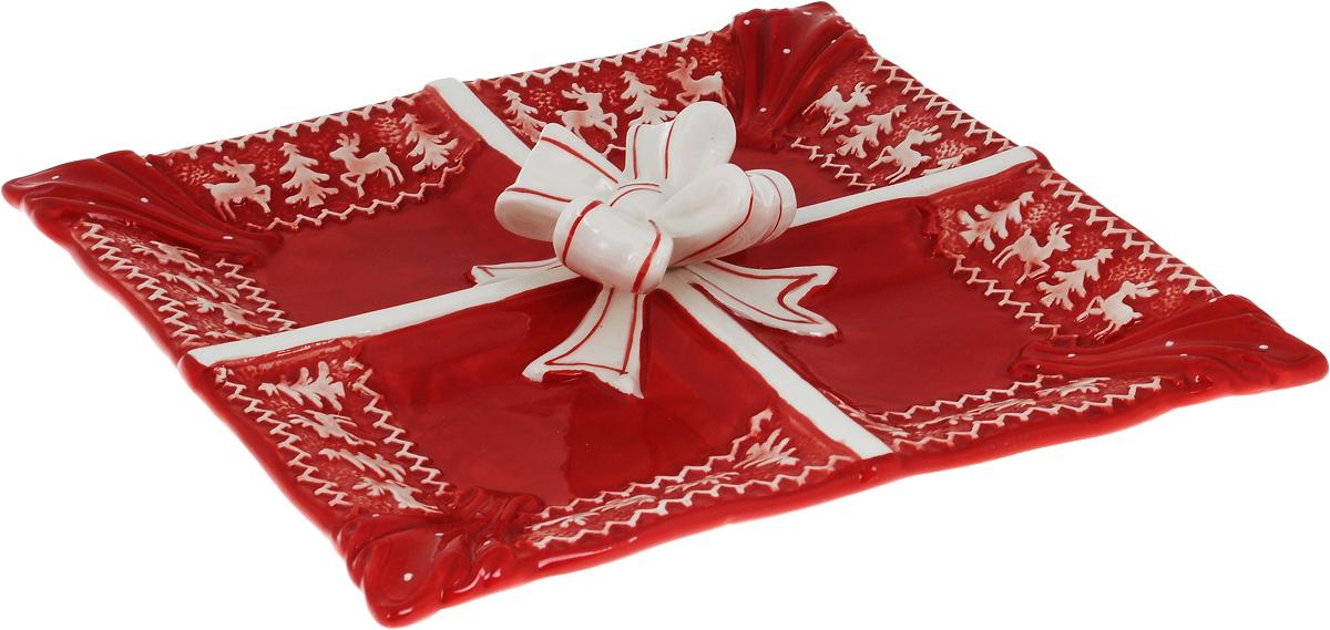 Менажница Family & Friends Рождественский узор, 4 секции, 26 х 26 смNH15B17..Менажница Family & Friends Рождественский узор квадратной формы изготовлена из качественной глазурованной керамики. Изделие декорировано красивым рельефным орнаментом в виде оленей и елочек и украшено по центру изящным объемным бантом. Менажница имеет 4 секции, что позволяет сервировать сразу несколько блюд, например, закуски и нарезки. Такая менажница будет потрясающе смотреться на новогоднем столе, кроме того, она сэкономит пространство. Изделие по своему дизайну напоминает красиво упакованный подарок. Яркий запоминающийся дизайн и качество исполнения сделают такую менажницу отличным новогодним подарком. Не рекомендуется использовать в микроволновой печи и мыть в посудомоечной машине. Размер секции: 12 х 12 см.