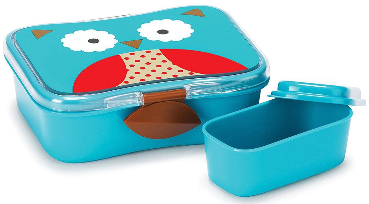 SkipHop Детский контейнер для еды СоваSH 252475Детский контейнер для еды SkipHop Сова очень удобно брать с собой на прогулки и в школу. Он изготовлен из прочного пластика, который не содержит бисфенол А, поливинилхлорид и фталаты. Лицевая сторона контейнера декорирована изображением милой совы. Дизайн очень эргономичный. Благодаря дополнительному маленькому контейнеру внутри, вы можете взять с собой два разных блюда. Ваш ребенок может самостоятельно открывать и закрывать ланч-бокс, ведь удобные зажимы разработаны специально для маленьких ручек. Рекомендуется мойка в посудомоечной машине только на верхней полке. Допускается использование в микроволновой печи на минимальной мощности.