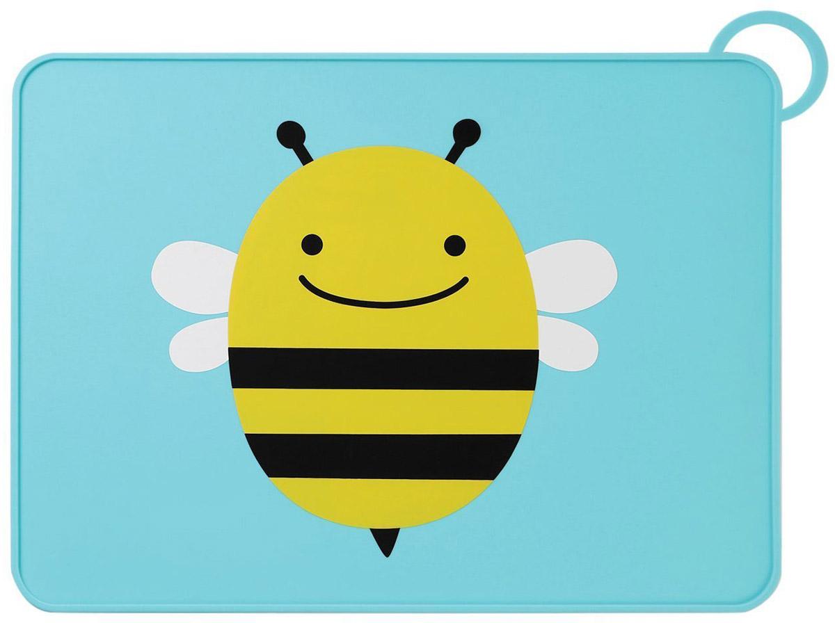 SkipHop Коврик на стол ПчелаSH 252054Коврик на стол SkipHop Пчела поможет вашему малышу познакомиться со взрослой посудой. Он изготовлен из прочного пищевого силикона и обладает нескользящей поверхностью. Благодаря этому тарелка останется неподвижной, а специальный приподнятый бортик не даст оказаться на столе тому, что выпало из нее. Лицевая сторона коврика декорирована изображением милой пчелки. Коврик для столовых приборов снабжен петлей для сушки или для хранения в сложенном виде. Рекомендуется ручная мойка или мойка в посудомоечной машине только на верхней полке.