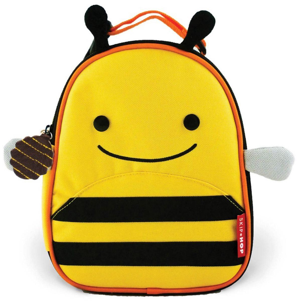Skip Hop Сумка ланч-бокс детская ПчелкаSH 212105Превосходный ланч-бокс Skip Hop Пчелка отлично сохранит свежесть и вкус продуктов для вашего ребёнка. Сумка с одним отделением изготовлена из прочного текстиля. Лицевая сторона декорирована изображением улыбающейся пчелки с крылышками и торчащими усиками-рожками. Внутренняя поверхность отделана термоизоляционным материалом, благодаря которому продукты дольше остаются свежими. Изделие закрывается на пластиковую застежку-молнию с удобным держателем на бегунке. Внутри имеется сетчатый карман для хранения аксессуаров и текстильная нашивка для записи имени владельца сумки. Ланч-бокс дополнен удобной текстильной ручкой с регулируемой длиной и пластиковым карабином. Такая сумка ланч-бокс пригодится везде: на прогулке, во время учебы, на отдыхе, во время путешествий.