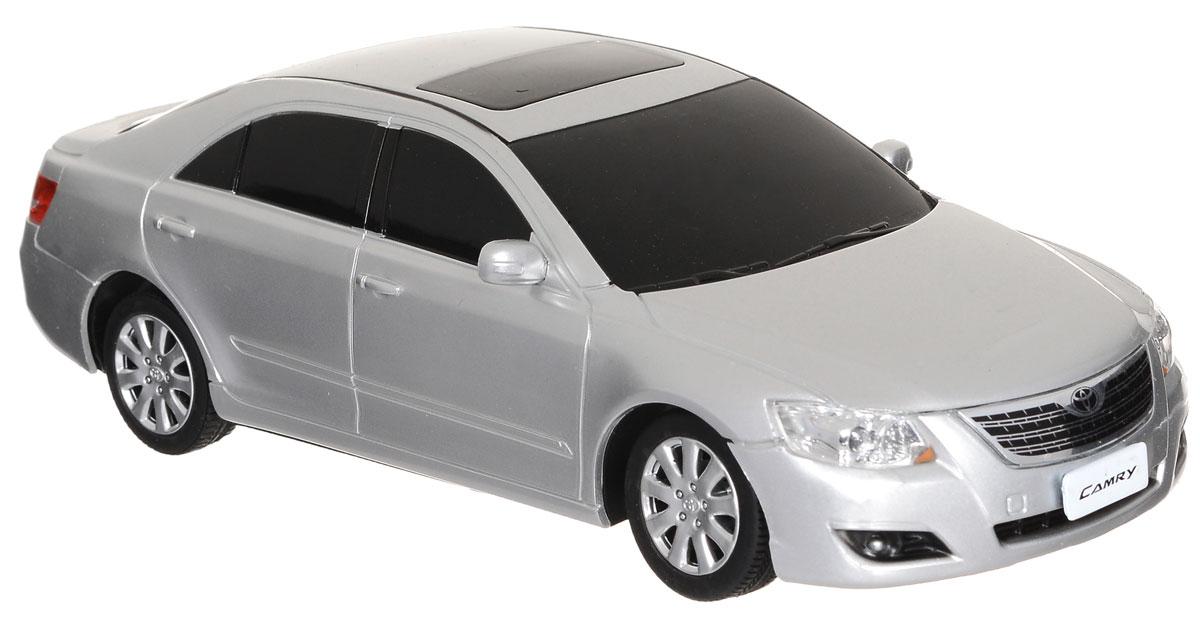 Rastar Радиоуправляемая модель Toyota Camry масштаб 1:24 цвет серебристый35700-RASTARРадиоуправляемая модель Rastar Toyota Camry станет отличным подарком любому мальчику! Это точная копия настоящего авто в масштабе 1:24. Модель изготовлена из металла с элементами из прочного пластика, колеса прорезинены. Авто обладает неповторимым стилем и спортивным характером. Потрясающая маневренность, динамика и покладистость - отличительные качества этой модели. Возможные движения: вперед-назад, вправо-влево. Модель оснащена световыми эффектами (свет передних и задних фар). Игра с такой моделью ваш ребенок почувствует себя водителем настоящего автомобиля, так как большинство деталей максимально приближены к реальным. Машинка на радиоуправлении станет прекрасным подарком не только ребенку, но и взрослому. Для работы машинки необходимы 3 батарейки типа АА напряжением 1,5V (не входят в комплект). Для работы пульта управления необходимы 2 батарейки типа АА напряжением 1,5V (не входят в комплект).