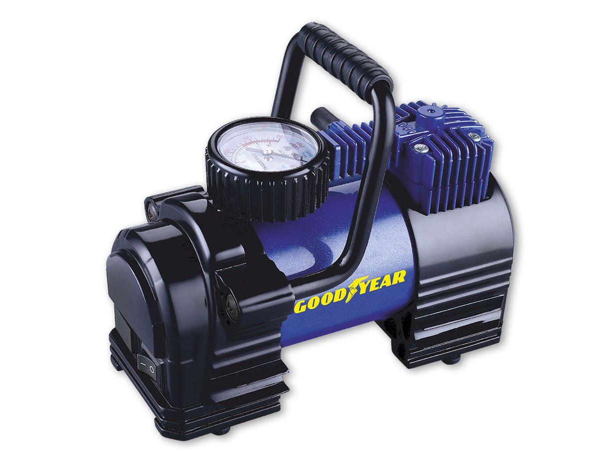 Компрессор воздушный Goodyear GY-35L, 35 л/минGY000102Компрессор поршневого типа с повышенной производительностью для накачивания автомобильных шин , колес, велосипедов, мячей и матрацев. Увеличеннаямощьность двигателя, а так же эффективная система охлажденияпозволяет сократить время накачки до 20 %. Дополнительно в компрессоре предусмотрены пазы для крепления воздушного шланга, упрощающие разборку и укладку компрессора. • Не требует обслуживания • Накачивает колесо R-16 за 4 минуты • Высокоточный манометр • Сумка и набор переходников в комплекте • Флажковый предохранитель в капсуле на контактном проводе • Металлический радиатор охлаждения камеры поршня • Съемная ручка для переноски • Расширенная гарантия (3 года) • Оригинальный лицензированный продукт