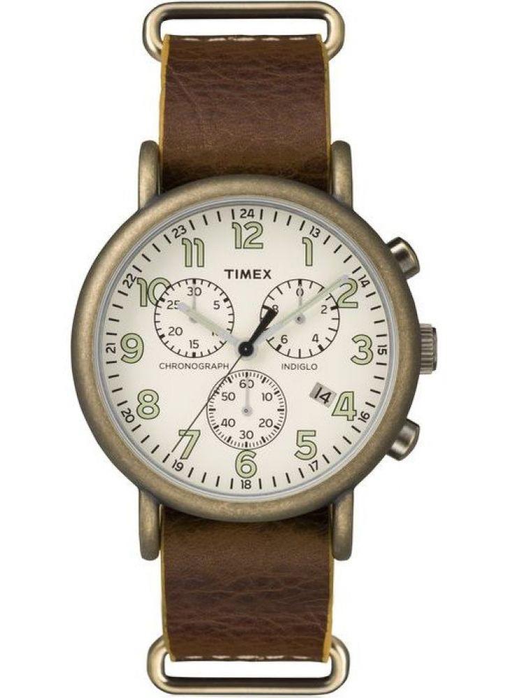 Наручные часы мужские Timex, цвет: коричневый. TW2P85700TW2P85700Корпус 40 мм золотистого цвета; на ремне из натуральной кожи с возможностью фиксации корпуса под размер запястья;минеральное стекло; аналоговый циферблат кремового цвета, арабские цифры; подсветка INDIGLO; водозащита 3 AТМ.