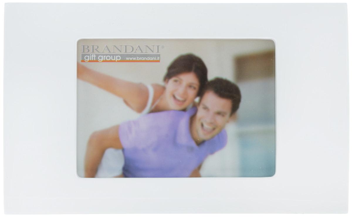 Фоторамка Brandani, цвет: белый, 13 х 18 см56154Фоторамка Brandani выполненная из пластика, имеет оригинальный выпуклый дизайн. Оборотная сторона рамки оснащена специальной ножкой, благодаря которой ее можно поставить на стол или любое другое место в доме или офисе. Также изделие оснащено креплениями для подвешивания на стену. Такая фоторамка поможет вам оригинально и стильно дополнить интерьер помещения, а также позволит сохранить память о дорогих вам людях и интересных событиях вашей жизни. Размер фоторамки: 28,3 х 17,5 см. Подходит для фотографий размером: 13 х 18 см.