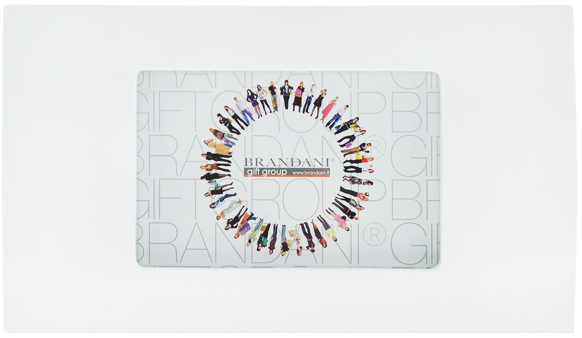 Фоторамка Brandani, цвет: белый, 9 х 13 см56153Фоторамка Brandani выполненная из пластика, имеет оригинальный выпуклый дизайн. Оборотная сторона рамки оснащена специальной ножкой, благодаря которой ее можно поставить на стол или любое другое место в доме или офисе. Также изделие оснащено креплениями для подвешивания на стену. Такая фоторамка поможет вам оригинально и стильно дополнить интерьер помещения, а также позволит сохранить память о дорогих вам людях и интересных событиях вашей жизни. Размер фоторамки: 26 х 15 см. Подходит для фотографий размером: 9 х 13 см.