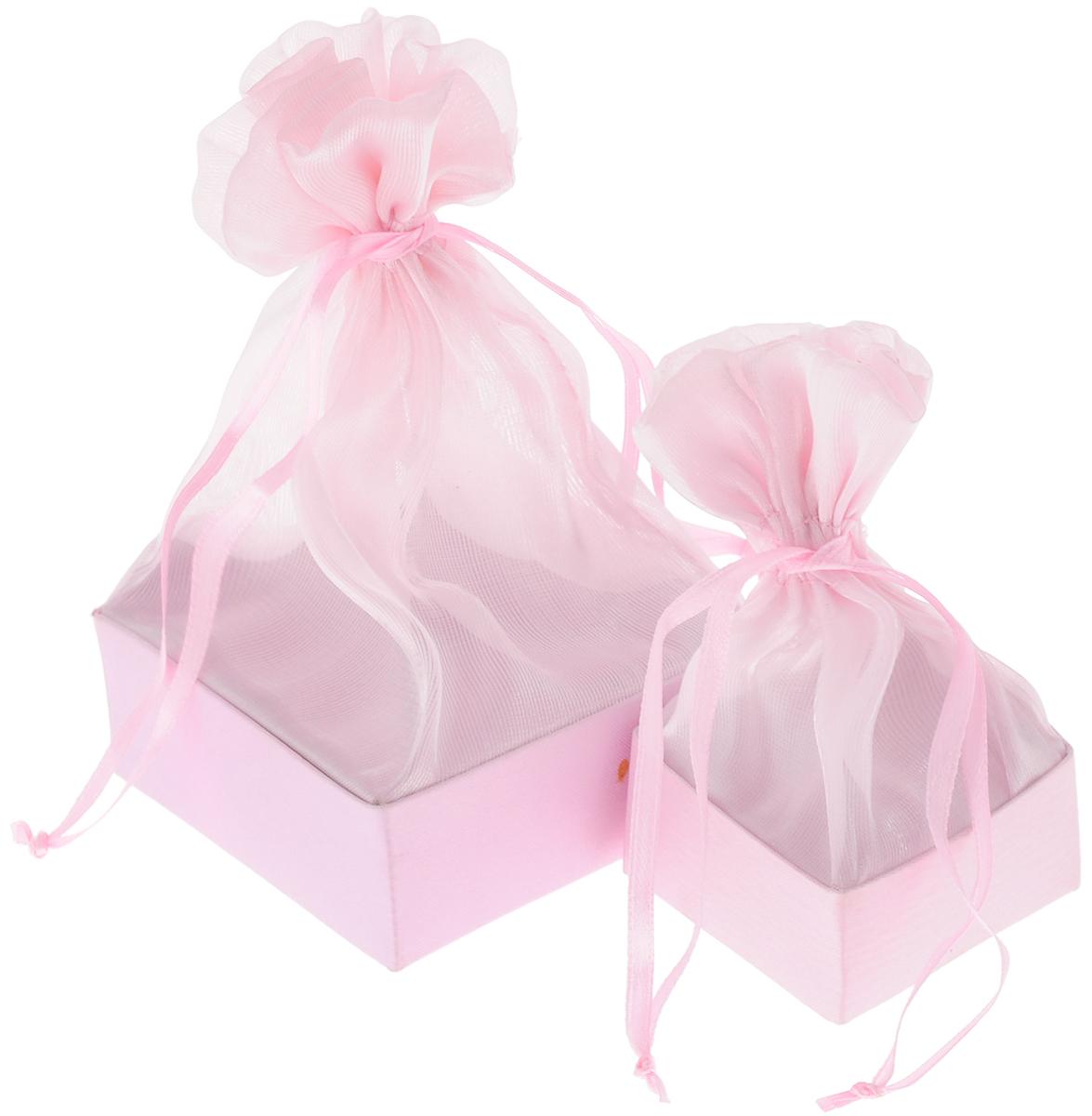 Набор подарочных коробок Piovaccari Тиффани, цвет: розовый, 2 шт1898P 03Набор Piovaccari Тиффани состоит из двух подарочных коробок разного размера. Коробки выполнены в виде мешочков, которые затягиваются и завязываются лентой. Основание коробок изготовлено из твердого картона и обтянуто органзой. Набор Piovaccari Тиффани станет одним из самых оригинальных вариантов упаковки для подарка. Яркий дизайн будет долго напоминать владельцу о трогательных моментах получения подарка. Размер большой коробки: 7,5 х 7,5 х 16 см. Размер малой коробки: 5 х 5 х 11 см.
