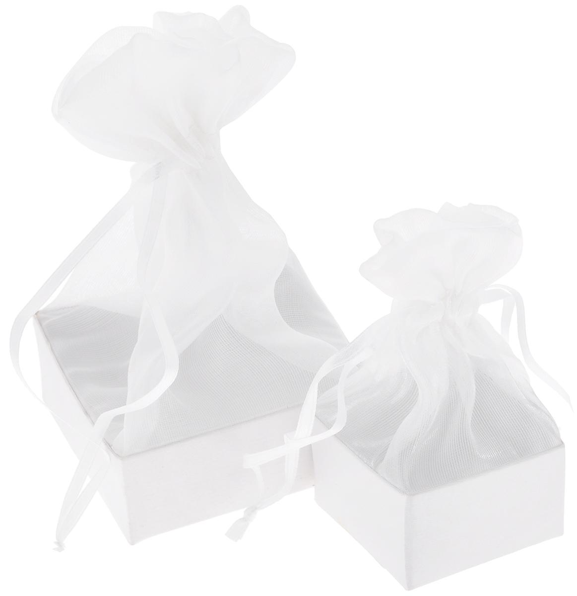 Набор подарочных коробок Piovaccari Тиффани, цвет: белый, 2 шт1898P 01Набор Piovaccari Тиффани состоит из двух подарочных коробок разного размера. Коробки выполнены в виде мешочков, которые затягиваются и завязываются лентой. Основание коробок изготовлено из твердого картона и обтянуто органзой. Набор Piovaccari Тиффани станет одним из самых оригинальных вариантов упаковки для подарка. Яркий дизайн будет долго напоминать владельцу о трогательных моментах получения подарка. Размер большой коробки: 7,5 х 7,5 х 16 см. Размер малой коробки: 5 х 5 х 11 см.