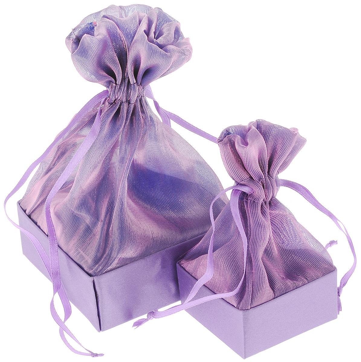 Набор подарочных коробок Piovaccari Тиффани, цвет: фиолетовый, 2 шт1898P 48Набор Piovaccari Тиффани состоит из двух подарочных коробок разного размера. Коробки выполнены в виде мешочков, которые затягиваются и завязываются лентой. Основание коробок изготовлено из твердого картона и обтянуто органзой. Набор Piovaccari Тиффани станет одним из самых оригинальных вариантов упаковки для подарка. Яркий дизайн будет долго напоминать владельцу о трогательных моментах получения подарка. Размер большой коробки: 7,5 х 7,5 х 16 см. Размер малой коробки: 5 х 5 х 11 см.