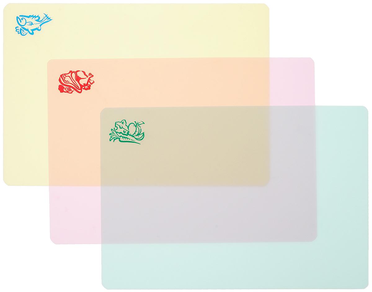 Набор разделочных досок Пикничок, гибкие, 3 шт401-060Разделочные доски Пикничок, выполненные из гибкого полипропилена, станут незаменимым аксессуаром на вашей кухне. Такая доска обладает рядом особенностей: - сгибая или сворачивая доску воронкой, можно легко пересыпать нарезанные продукты, - выполнена из непористого водоотталкивающего материала, - не впитывает запахи продуктов, - высокие гигиенические показатели, - занимает мало места на кухне, - не скользит по поверхности стола, - не тупит ножи при использовании, - легко моется водой и моющими средствами, - доска представлена в нескольких цветах, что позволит использовать цветовое кодирование, разделять доски по типам продуктов (мясо, рыба, овощи). Функциональные и простые в использовании, разделочные доски Пикничок прекрасно впишутся в интерьер любой кухни и помогут приготовить ваши любимые блюда.