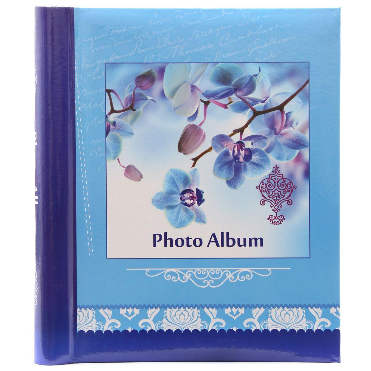 Фотоальбом Pioneer Spring Paints, 20 магнитных листов, цвет: голубой, 23 х 28 см46450 AP202328SAАльбом для фотографий. Кол-во листов: 20. Материалы, использованные в изготовлении альбома, обеспечивают высокое качество хранения Ваших фотографий, поэтому фотографии не желтеют со временем Конечно, никаких магнитов в этих альбомах нет. Есть страницы из плотной бумаги или тонкого картона, на этих страницах нанесено клейковатое покрытие и сверху страница закрыта прозрачной плёнкой, которая зафиксирована на внешнем ребре страницы. Фотографии на такой странице держатся за счёт того, что плёнка прилипает (как бы примагничивается) к странице. При этом фотографии не повреждаются, т.к. тыльная сторона не приклеивается к странице. Для того, чтобы разместить фотографии на магнитной странице, надо отлепить плёнку по направлению от корешка альбома к внешней (зафиксированной) стороне страницы, разложить фотографии поверх клейковатого покрытия так, как вам нравится. При этом обязательно надо оставлять по периметру страницы свободное поле, к которому и будет «примагничиваться» прозрачная...