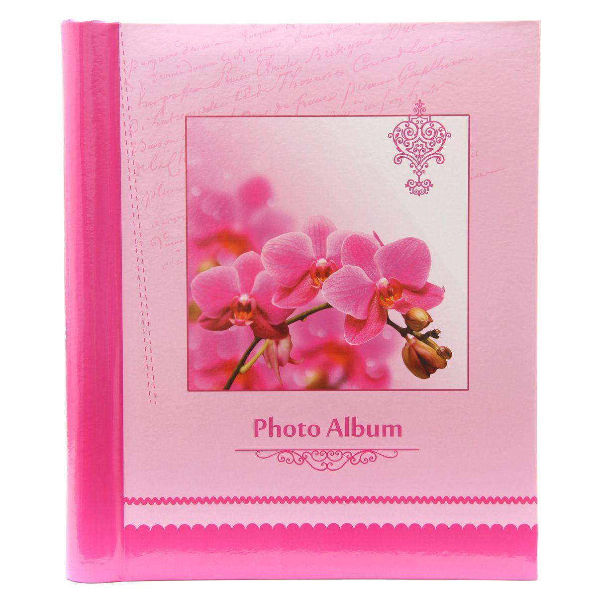 Фотоальбом Pioneer Spring Paints, 20 магнитных листов, цвет: розовый, 23 х 28 см46451 AP202328SAАльбом для фотографий. Кол-во листов: 20. Материалы, использованные в изготовлении альбома, обеспечивают высокое качество хранения Ваших фотографий, поэтому фотографии не желтеют со временем Конечно, никаких магнитов в этих альбомах нет. Есть страницы из плотной бумаги или тонкого картона, на этих страницах нанесено клейковатое покрытие и сверху страница закрыта прозрачной плёнкой, которая зафиксирована на внешнем ребре страницы. Фотографии на такой странице держатся за счёт того, что плёнка прилипает (как бы примагничивается) к странице. При этом фотографии не повреждаются, т.к. тыльная сторона не приклеивается к странице. Для того, чтобы разместить фотографии на магнитной странице, надо отлепить плёнку по направлению от корешка альбома к внешней (зафиксированной) стороне страницы, разложить фотографии поверх клейковатого покрытия так, как вам нравится. При этом обязательно надо оставлять по периметру страницы свободное поле, к которому и будет «примагничиваться» прозрачная...