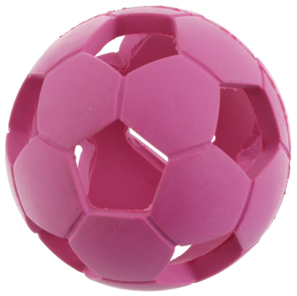 Игрушка для собак V.I.Pet Мяч футбольный, диаметр 5,5 см13122Игрушка для собак V.I.Pet Мяч футбольный изготовлена из натурального каучука - абсолютно нетоксичного и безопасного. С этой игрушкой с удовольствием будут играть и щенки, и взрослые собаки. Мягкая и пружинистая игрушка может быть использована для игр как в помещении, так и на улице. Положите внутрь игрушки небольшой кусочек лакомства и ваш питомец будет с интересом и азартом играть до тех пор, пока не достанет заслуженную награду. Диаметр игрушки: 5,5 см.
