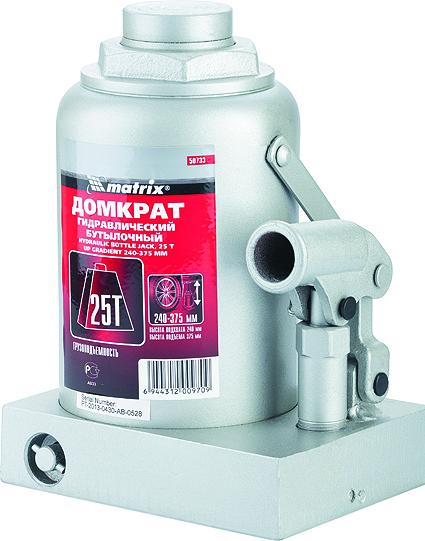 Домкрат гидравлический бутылочный Matrix, 25 т, высота подъема 240–375 мм50733Гидравлический домкрат MATRIX MASTER с клапаном безопасности предназначен для подъема груза массой до 25 тонн. Домкрат является незаменимым инструментом в автосервисе, часто используется при проведении ремонтно-строительных работ. Минимальная высота подхвата домкрата MATRIX MASTER составляет 24 см. Максимальная высота, на которую домкрат может поднять груз, составляет 37,5 см. Этой высоты достаточно для установки жесткой опоры под поднятый груз и проведения ремонтных работ. Клапан безопасности предотвращает подъем груза, масса которого превышает массу заявленную производителем. ВНИМАНИЕ! Домкрат не предназначен для длительного поддерживания груза на весу либо для его перемещения. Перед подъемом убедитесь, что груз распределен равномерно по центру опорной поверхности домкрата. Масса поднимаемого груза не должна превышать массу, указанную производителем. Домкрат во время работы должен быть установлен на горизонтальной ровной и твердой поверхности. После поднятия груза необходимо...