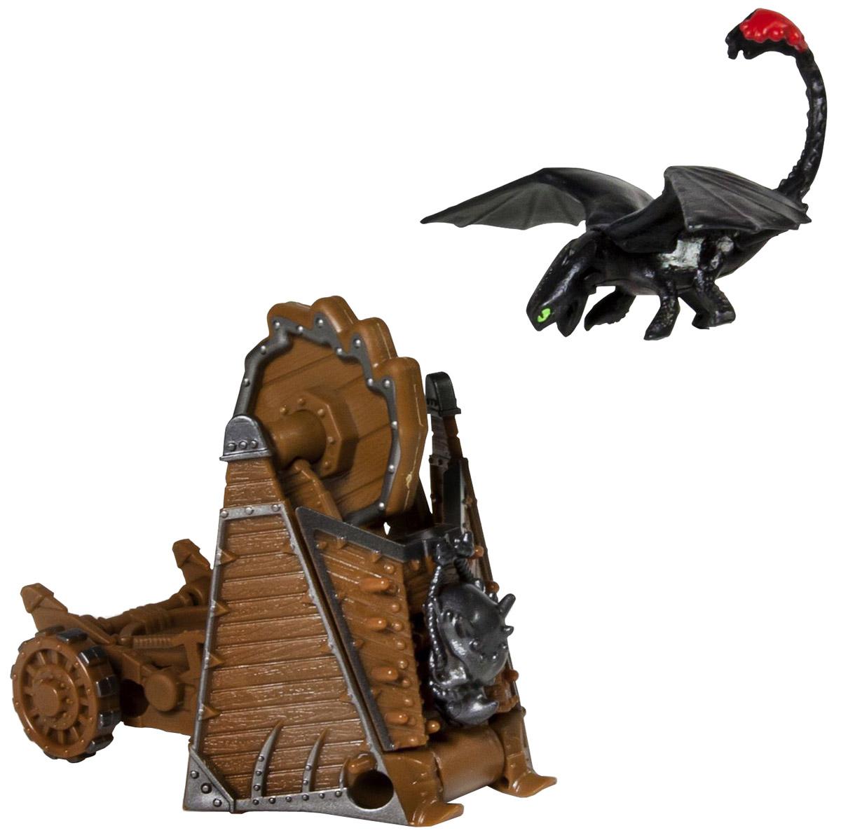 Dragons Набор фигурок Toothless vs Drago War Machine66561_20064842Набор для битв Dragons Toothless vs Drago War Machine создан на основе масштабных батальных сцен из мультфильма Как приручить дракона 2. По сюжету драконы сражаются против боевых машин. Набор выполнен из прочного пластика и включает фигурку дракона Беззубика и боевую пушку Драго. С помощью этого набора для битвы ребенок воссоздаст картину сражения прямо в своей комнате и окунется в гущу событий мультфильма, будет проигрывать любимые сцены или придумывать свои истории!