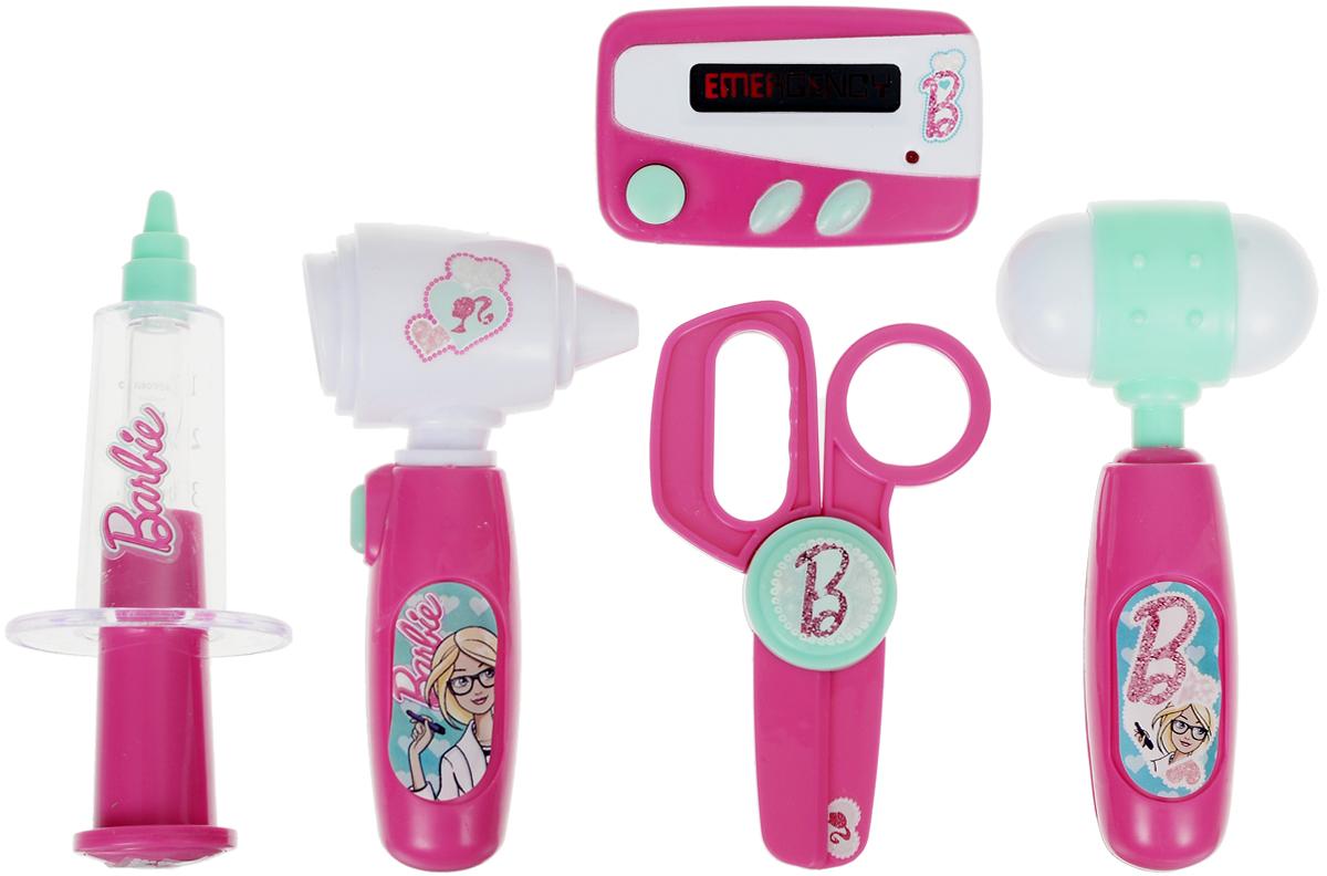 Corpa Игровой набор Юный доктор Barbie 5 предметовD122AИгровой набор Corpa Юный доктор Barbie - это замечательный подарок для вашей девочки, которая сможет почувствовать себя настоящим врачом. В набор входит: молоточек, ножницы, шприц, отоскоп - прибор для исследования ушей и пейджер. С таким набором ваша малышка сможет примерить на себя сложнейшую, но очень интересную профессию доктора и даже стать настоящим специалистом в области здравоохранения, оказывая медицинскую помощь любимым игрушкам. Все инструменты исключительно безопасны, выполнены из прочных материалов и оснащены звуковыми и световыми эффектами. Для работы отоскопа необходимо 2 батарейки типа AG10 (входят в комплект). Для работы пейджера необходимы 2 батарейки типа AG13 (входят в комплект).