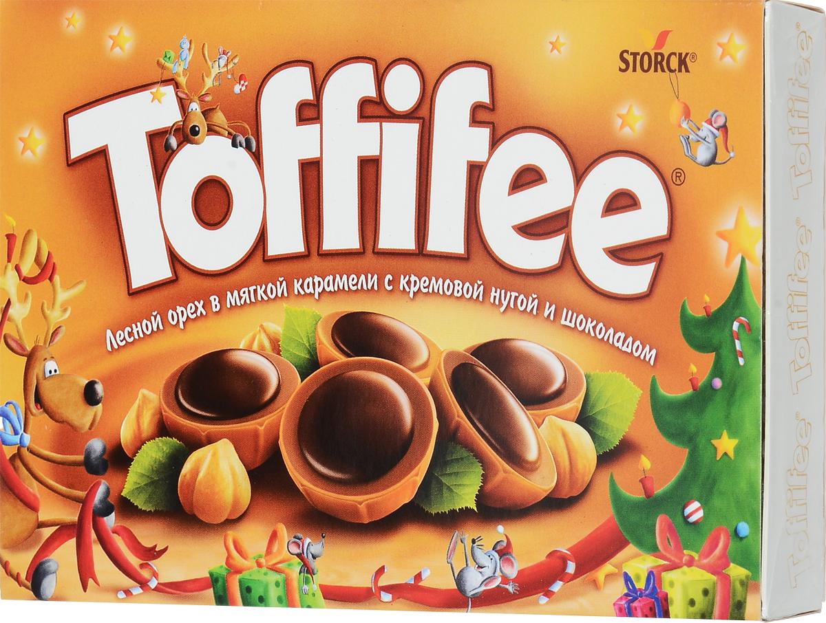 Toffife Конфеты орешки в карамели, 125 г (новогодний дизайн)294903_новогодний дизайнСекрет конфет Toffifee в интересном сочетании вкуснейших ингредиентов: отборный цельный лесной орех в чашечке из мягкой карамели, наполненной нежной кремовой нугой и покрытой восхитительным шоколадом! Toffifee - это невероятно вкусные конфеты, которые понравятся и взрослым, и детям! Уважаемые клиенты! Обращаем ваше внимание, что полный перечень состава продукта представлен на дополнительном изображении.