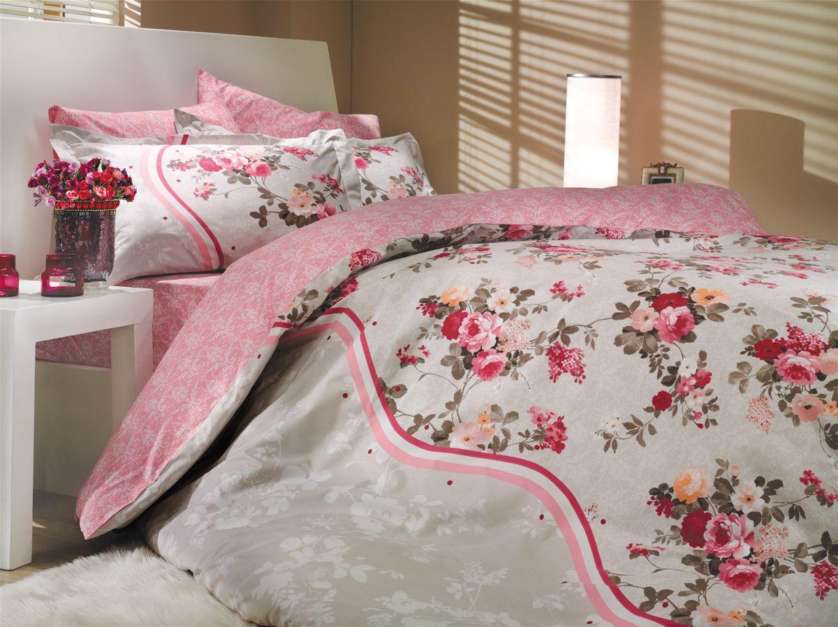 Комплект белья Hobby Home Collection Susana, 1,5-спальный, наволочка 50х70, цвет: розовый1501000177Комплект постельного белья Hobby Home Collection изготовлен из высококачественного поплина. Поплин - это ткань, изготавливаемая традиционным полотняным плетением из 100% хлопка, но из нитей разного калибра, за счет чего полотно получается с легким рубчиковым рельефом. По многим характеристикам ткань похожа на бязь, но на ощупь гораздо приятнее — более гладкая и мягкая. Поплин обладает лучшими свойствами ткани для постельного белья. Он плотный и в то же время мягкий на ощупь, износостойкий, немнущийся, гигроскопичный и неприхотливый в уходе, а после стирки практически не нуждается в глажке. Поплин обладает множеством преимуществ: - белье из него плотное, прочное и износостойкое; - не выцветает и не сминается; - не линяет и не деформируется (при стирке до 40°С); - натуральный хлопок в составе обеспечивает абсолютную гигиеничность постельного белья; - поплин хорошо вентилируется и впитывает влагу, отводя ее излишки от тела. По легенде этот...