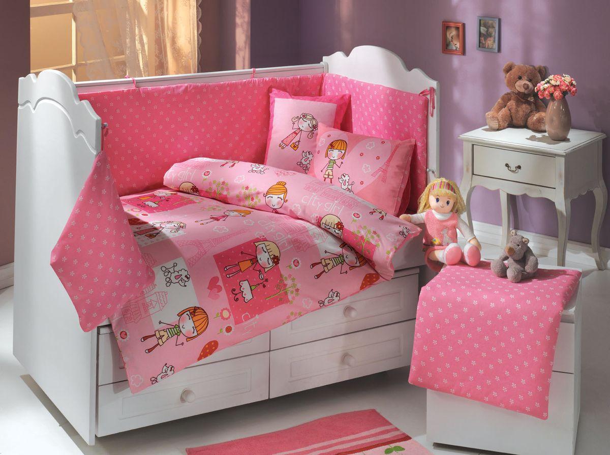 Комплект белья в кроватку Hobby Home Collection City Girl, детский, наволочки 35x45, цвет: розовый, 10 предметов1501001146Пододеяльник 1шт 100x150см Одеяло 1шт 100х150см Простынь 1шт 100x150см Наволочка 2шт 35x45см Подушка 2шт 35х45см Бортик 1шт 45х210см Матрасик 1шт 45х65см Мешок 1 По легенде этот материал впервые произвели во французской резиденции Папы Римского, городе Авиньон. За это ткань назвали поплином, что означает папский. По своим характеристикам она напоминает бязь, однако, на ощупь гораздо более мягкая и гладкая. Прекрасные потребительские качества обеспечили поплину популярность у розничного покупателя: ткань не выцветает и не мнется, ее можно не гладить вообще; не линяет и не деформируется при стирке до сорока градусов; на сто процентов состоит из натуральных хлопковых волокон;
