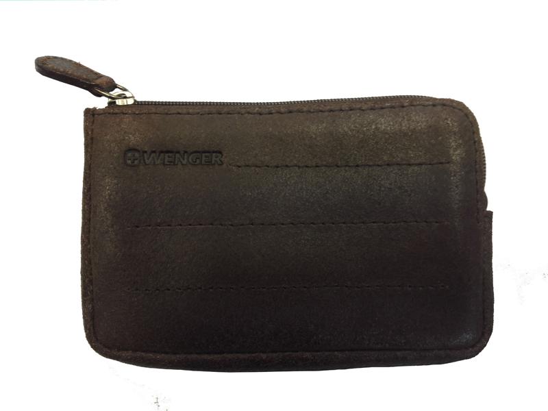 Ключница мужская Wenger, цвет: коричневый. W01-30BRW01-30BRКожаная ключница швейцарского бренда WENGER W01-30BR - это оригинальный и полезный аксессуар, который сохранит в порядке ваши ключи, не позволит им затеряться в портфеле или порвать подкладку сумки. Компактная и элегантная ключница WENGER W01-30BR закрывается на молнию, внутри находятся два кольца для крепления связок или отдельных ключей. С внешней стороны имеется дополнительный кармашек на молнии. Он подойдет для хранения пропуска, сим карт или карточек памяти. Ключница WENGER W01-30BR выполнена из натуральной воловьей сплит кожи, c легким эффектом шлифовки лицевой стороны, благодаря чему она имеет состаренный, винтажный вид и шероховатую на ощупь текстуру. Подчеркнуто винтажный дизайн и потертость отражают последние модные тренды fashion индустрии сезона 2016-2017 и идеально подходят тем, кто предпочитает свободный повседневный стиль casual. Материал: воловья сплит кожа Размеры: 8?12?1 см