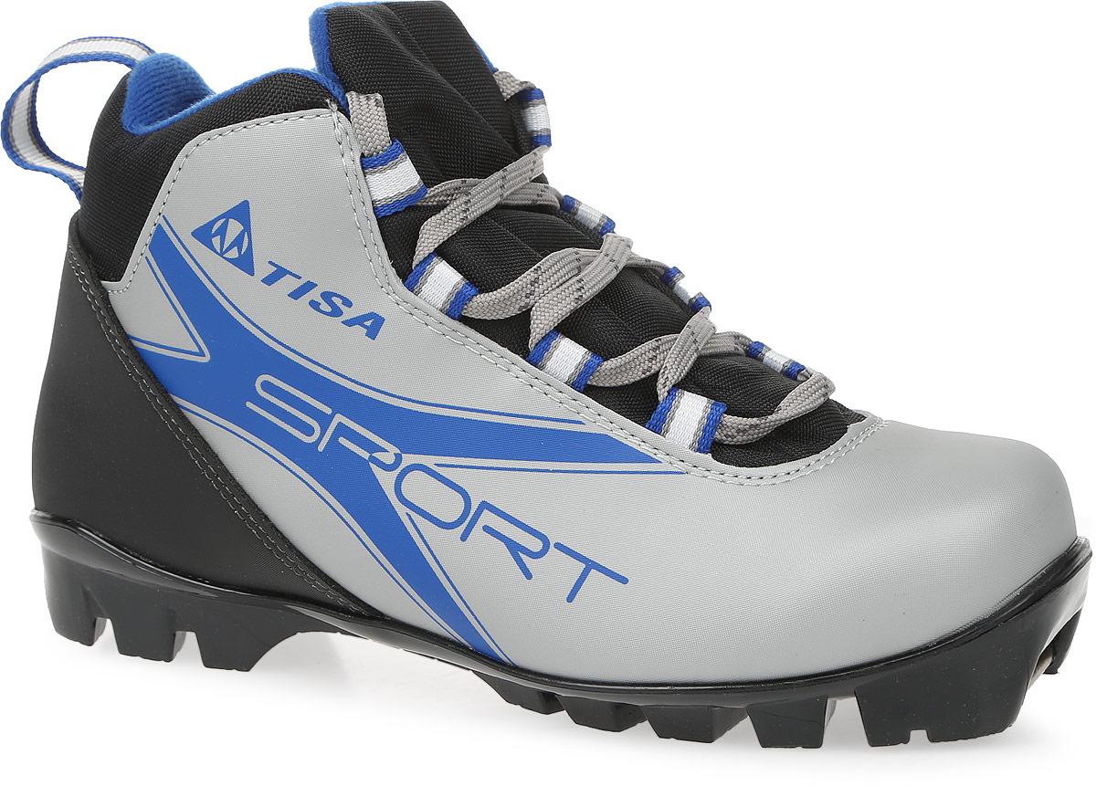Ботинки лыжные беговые Tisa Sport NNN, цвет: черный, серый, синий. Размер 36S75615Ботинки Tisa Sport NNN выполнены из искусственных материалов в классическом стиле и предназначены для лыжных прогулок и туризма. Сплошной язычок предотвращает проникновение снега и влаги. Подкладка, исполненная из мягкого флиса и искусственного меха, защитит ноги от холода и обеспечит уют. Верх изделия оформлен удобной шнуровкой с петлями из текстиля. Вставки в мысовой и пяточной частях предназначены для дополнительной жесткости. Подошва системы NNN выполнена из полимерного термопластичного материала. С одной из боковых сторон лыжные ботинки дополнены принтом в виде логотипа бренда и названия модели.